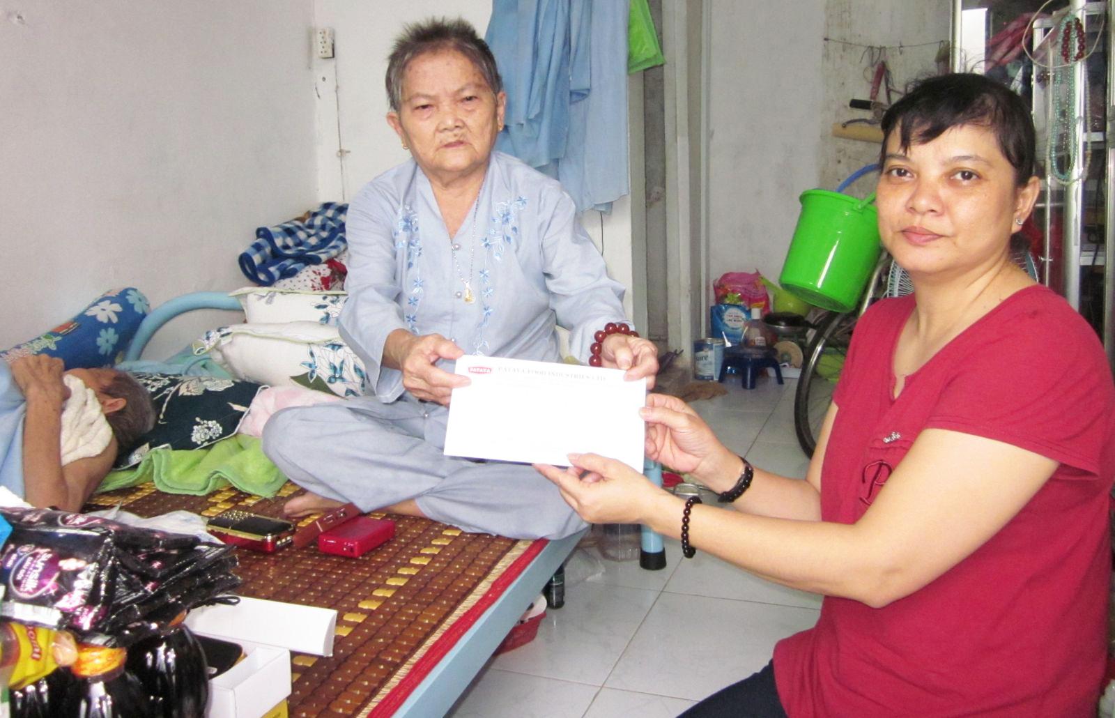 Bà Huê xúc động nhận quà Nhóm từ thiện bạn bè trao tặng.