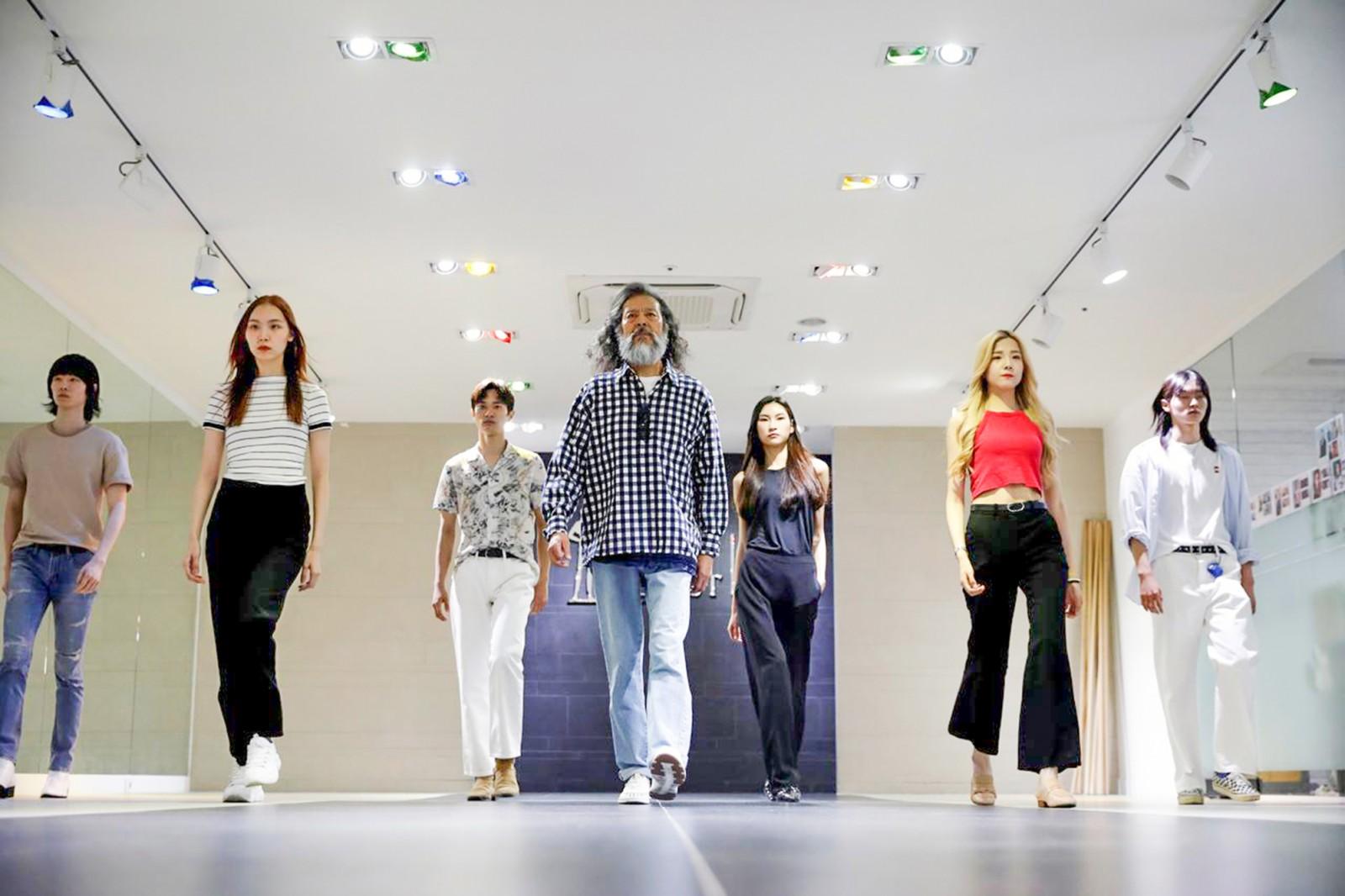 Kim Chil-doo (giữa) tự tin tập catwalk với dàn người mẫu trẻ. Ảnh: Reuters