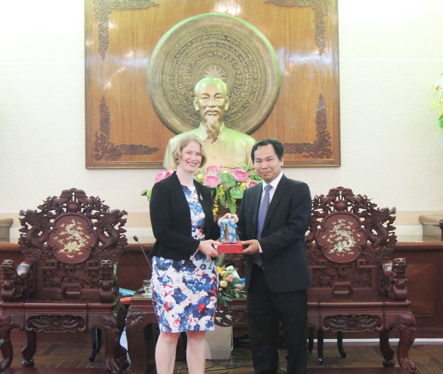 Chủ tịch UBND TP Cần Thơ Lê Quang Mạnh trao quà lưu niệm cho bà Wendy Matthews.