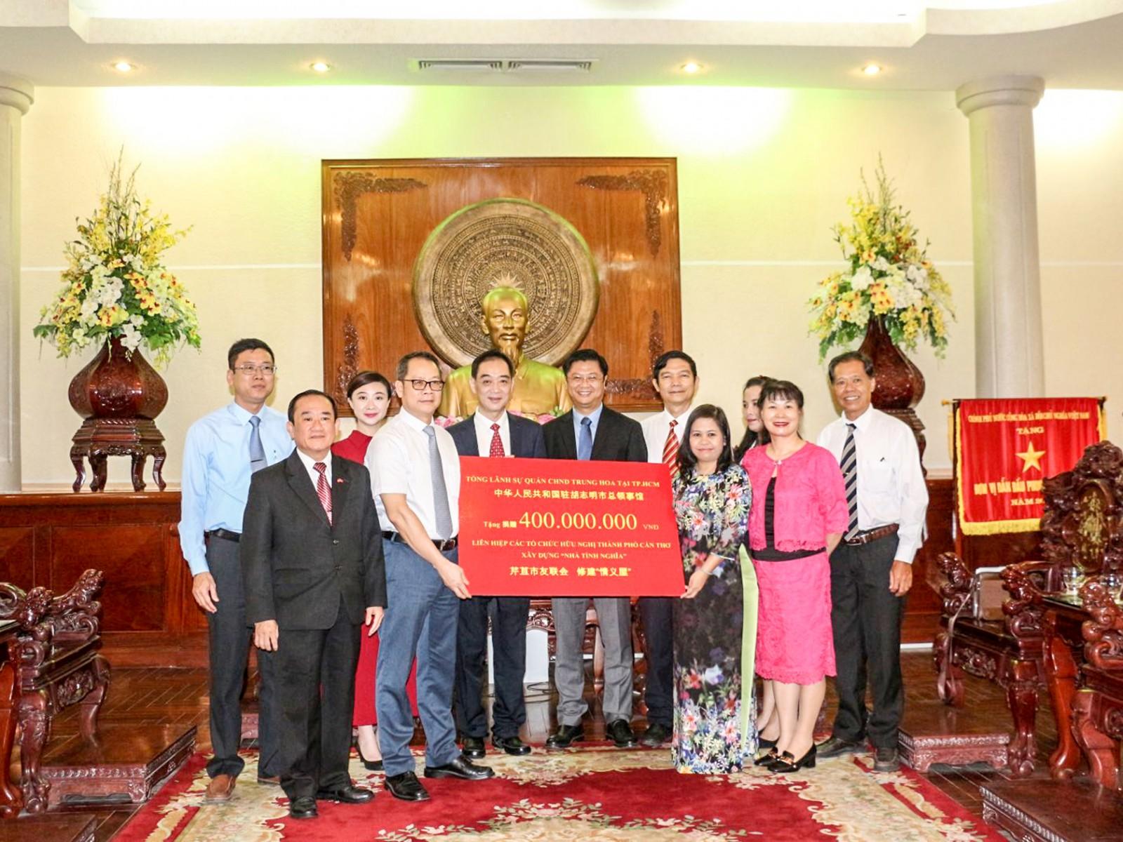 """Tổng Lãnh sự quán CHND Trung Hoa tại TP Hồ Chí Minh trao tặng 400 triệu đồng cho Liên hiệp các Tổ chức Hữu nghị TP Cần Thơ xây dựng """"Nhà tình nghĩa"""". Ảnh: Nam Hương"""