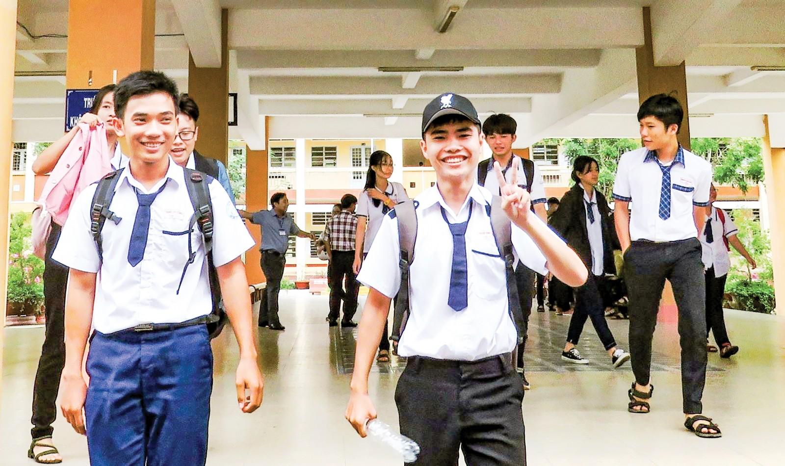 Thí sinh hớn hở ra về sau giờ thi bài thi tổ hợp Khoa học tự nhiên, tại điểm thi Trường THPT Thới Long, quận Ô Môn. Ảnh: B.NG