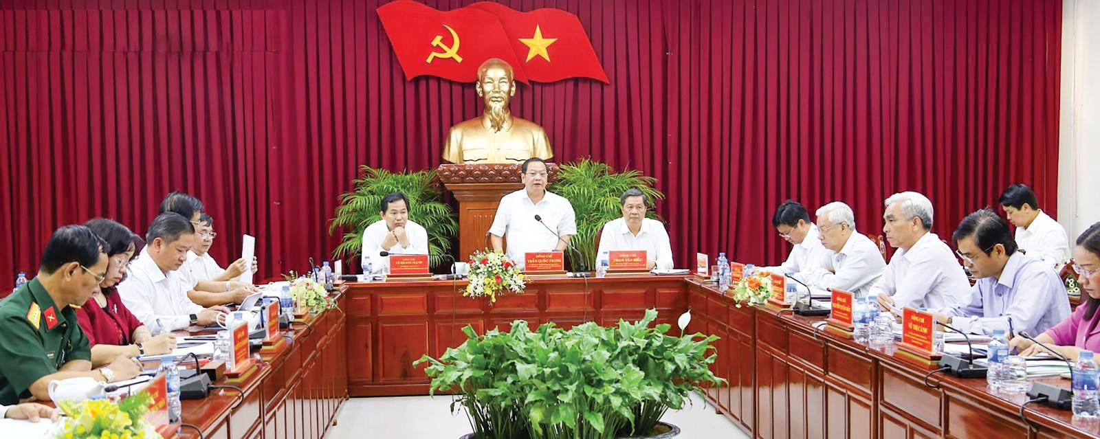Đồng chí Trần Quốc Trung, Ủy viên Trung ương Đảng, Bí thư Thành ủy Cần Thơ phát biểu chỉ đạo tại cuộc họp. Ảnh: S.H