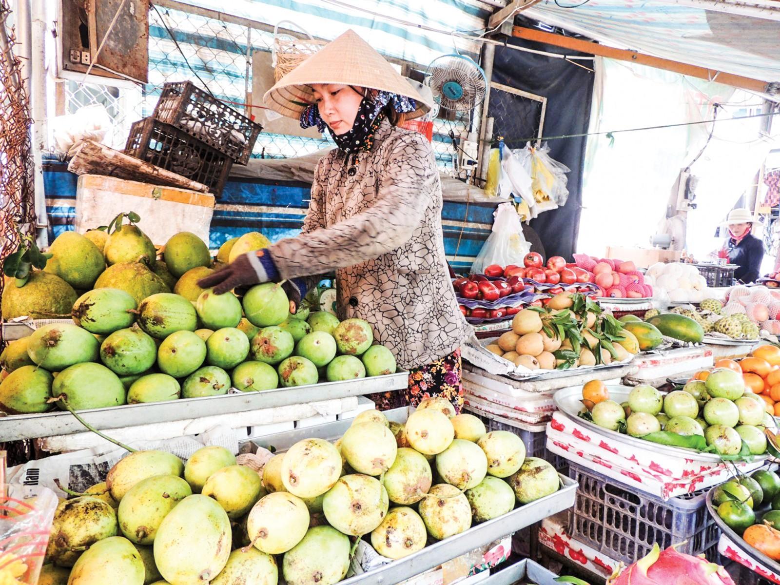 Bên cạnh hệ thống chợ hiện hữu, TP Cần Thơ đã và đang đầu tư xây dựng các chợ đầu mối chuyên doanh để phát huy vai trò cung ứng, phân phối hàng hóa cho các địa phương trong vùng. Trong ảnh: Tiểu thương mua bán tại chợ Cái Răng.