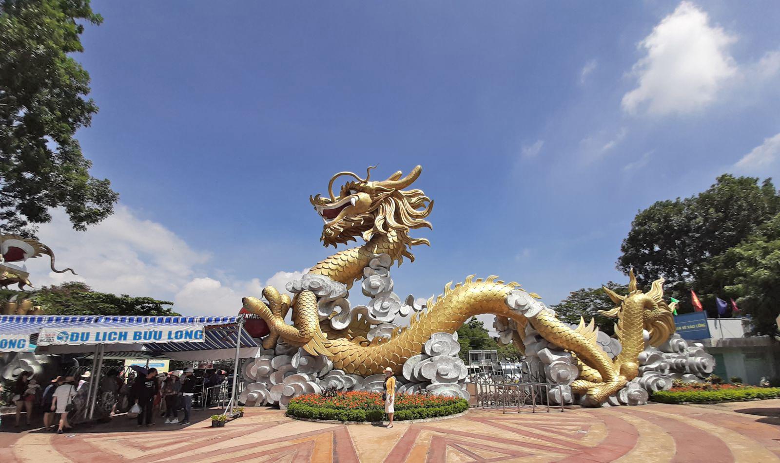 Tạo hình Rồng vàng trước cổng Khu du lịch đón chào du khách gần xa. Để đến nơi này, du khách chỉ di chuyển khoảng 7km từ trung tâm thành phố Biên Hòa.