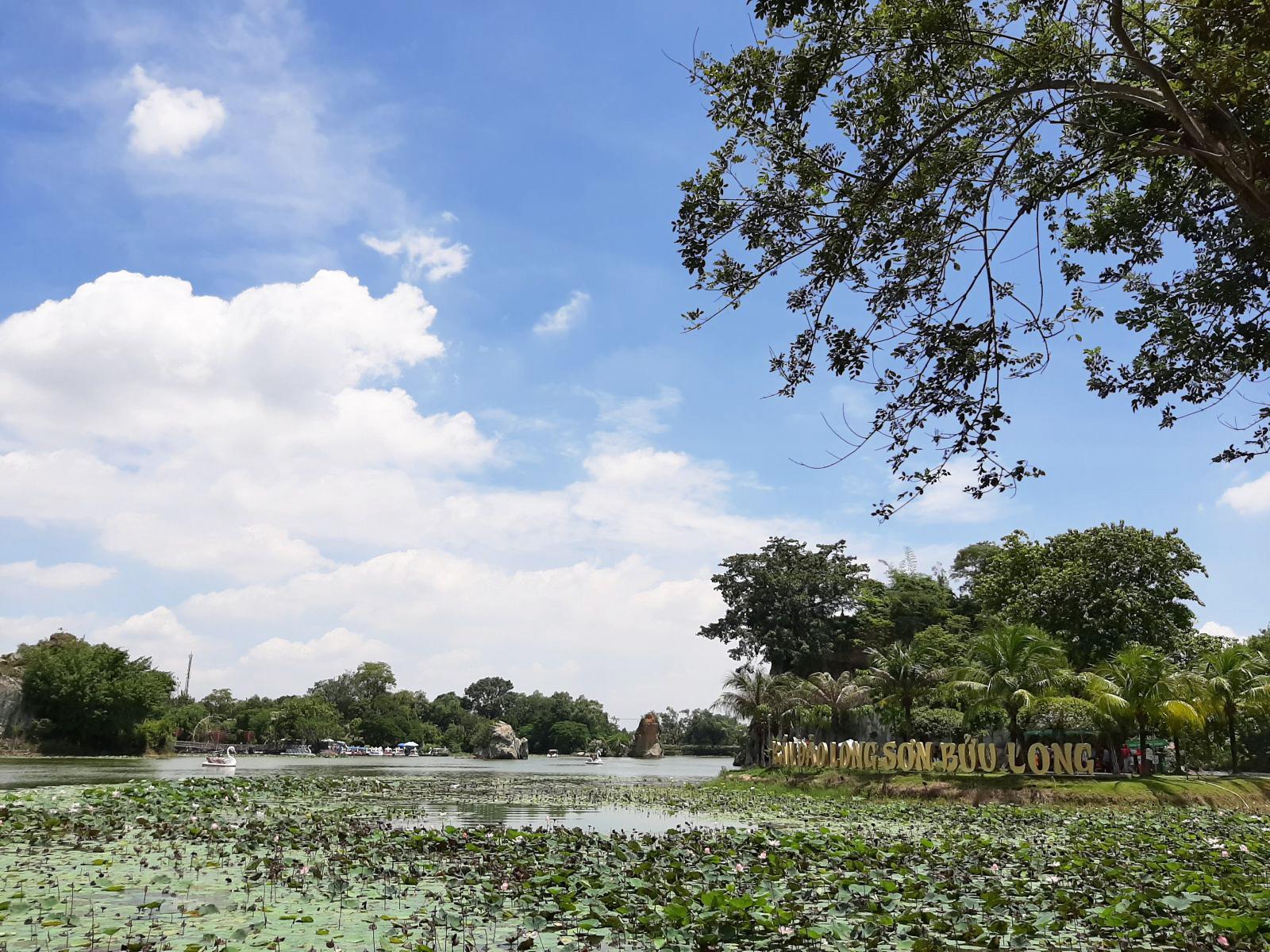 Bán đảo Long Sơn Bửu Long là điểm nhấn tuyệt vời của quần thể kiến trúc Bửu Long.