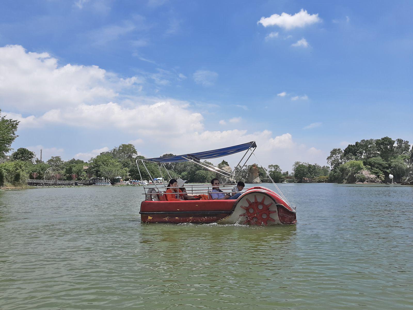 Để sang được Bán đảo Long Sơn Bửu Long, du khách có thể trải nghiệm phương tiện đi thuyền miễn phí, hoặc tự