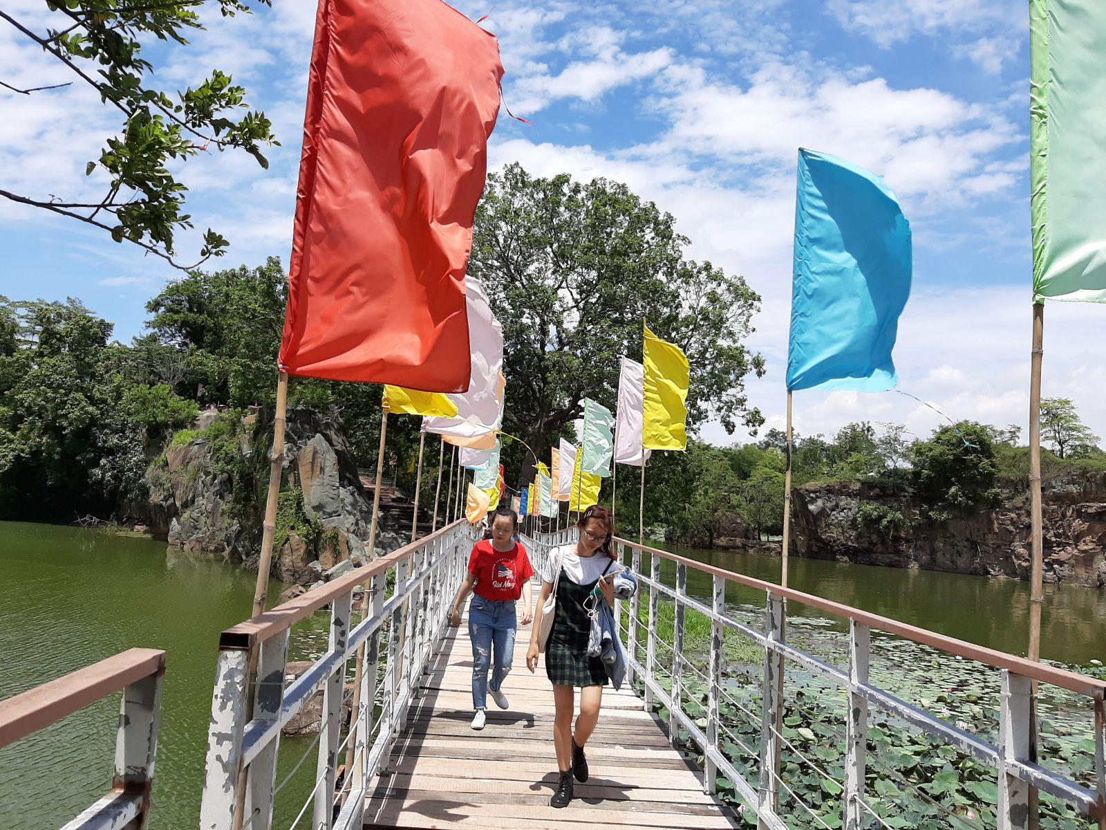 Những chiếc cầu dài được điểm tô cờ xí, nối liền bán đảo Long Sơn với phần còn lại của Khu du lịch giúp du khách có thể khám phá Bửu Long xuyên qua những con đường rợp bóng cây xanh.