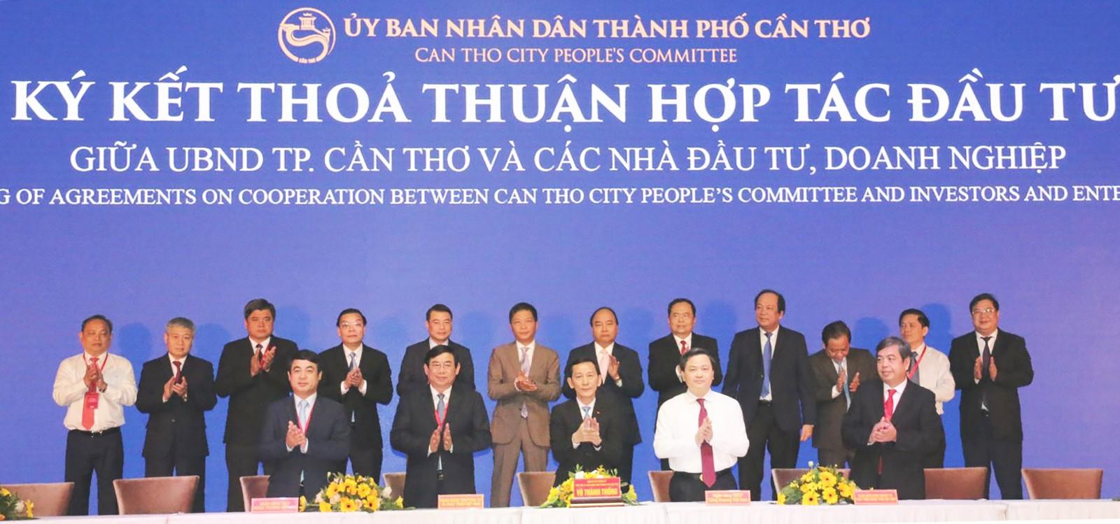 Các nhà đầu tư ký thỏa thuận hợp tác đầu tư vào TP Cần Thơ (tháng 8-2018).