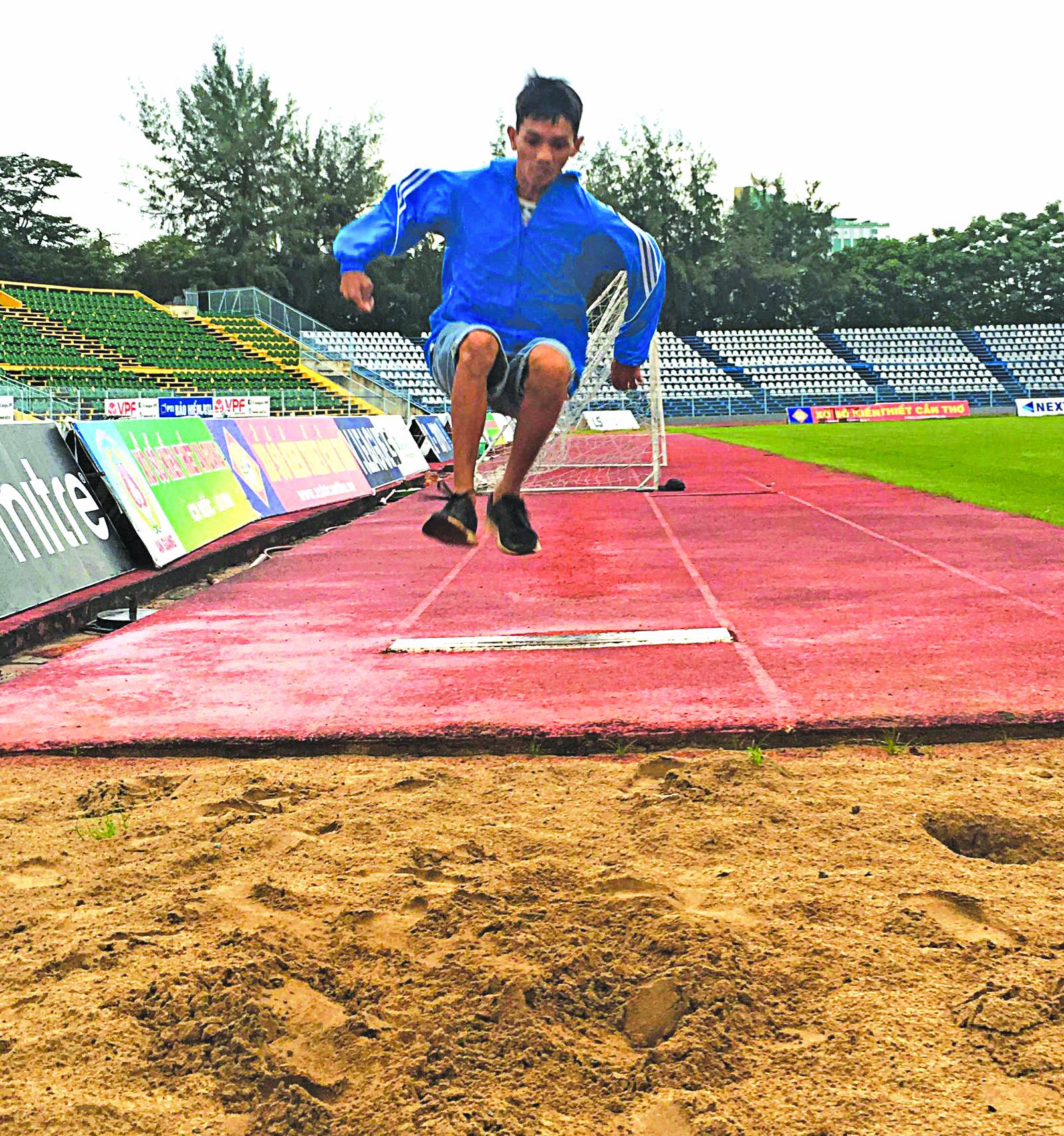VĐV Huỳnh Quốc Trung của đội Điền kinh khuyết tật Cần Thơ tập luyện nội dung nhảy xa.