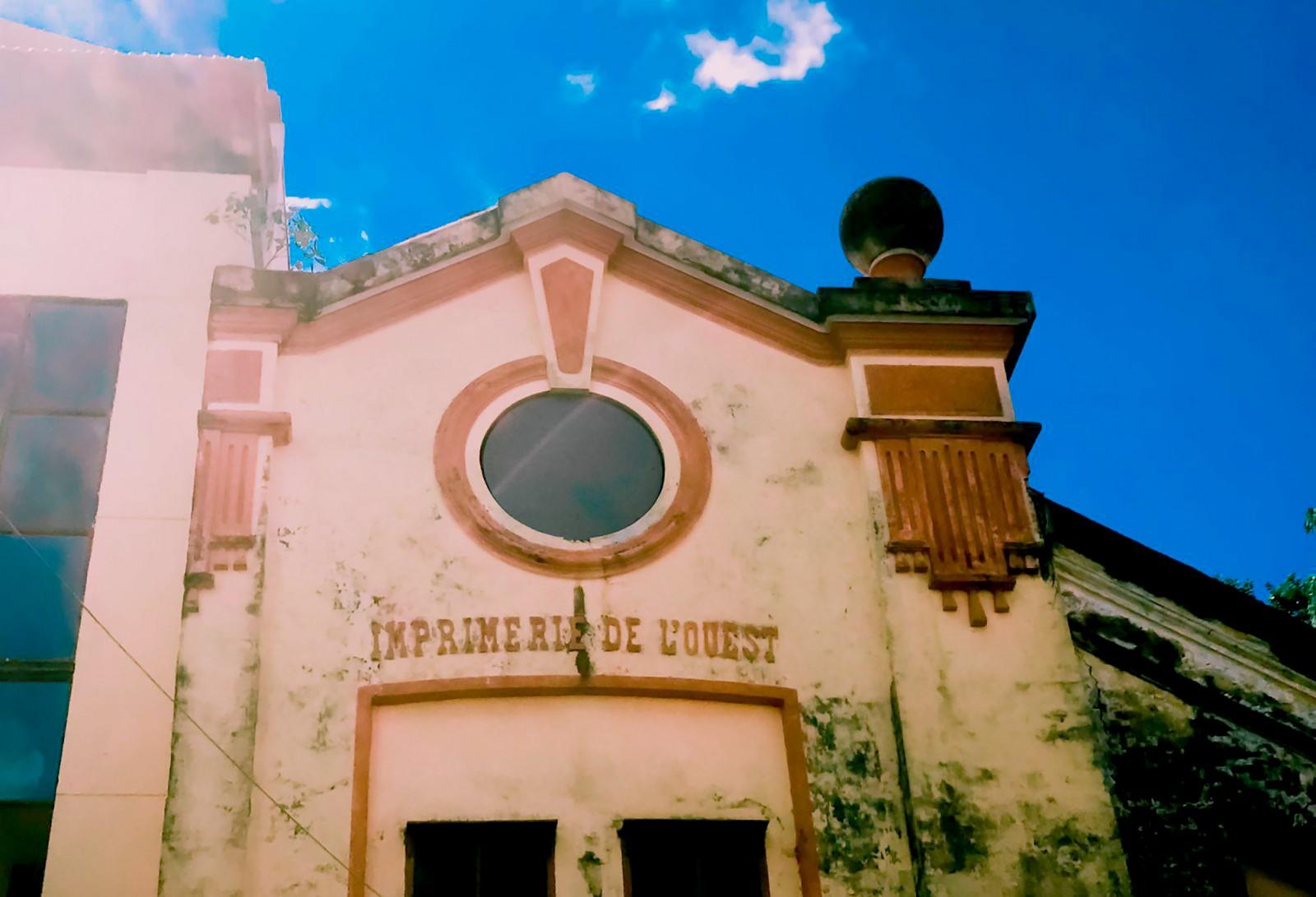 """Mái nhà có dòng chữ """"Imprimerie de l'Ouest"""" hiện tọa lạc trên đường Phan Đình Phùng, quận Ninh Kiều. Ảnh: DUY KHÔI"""