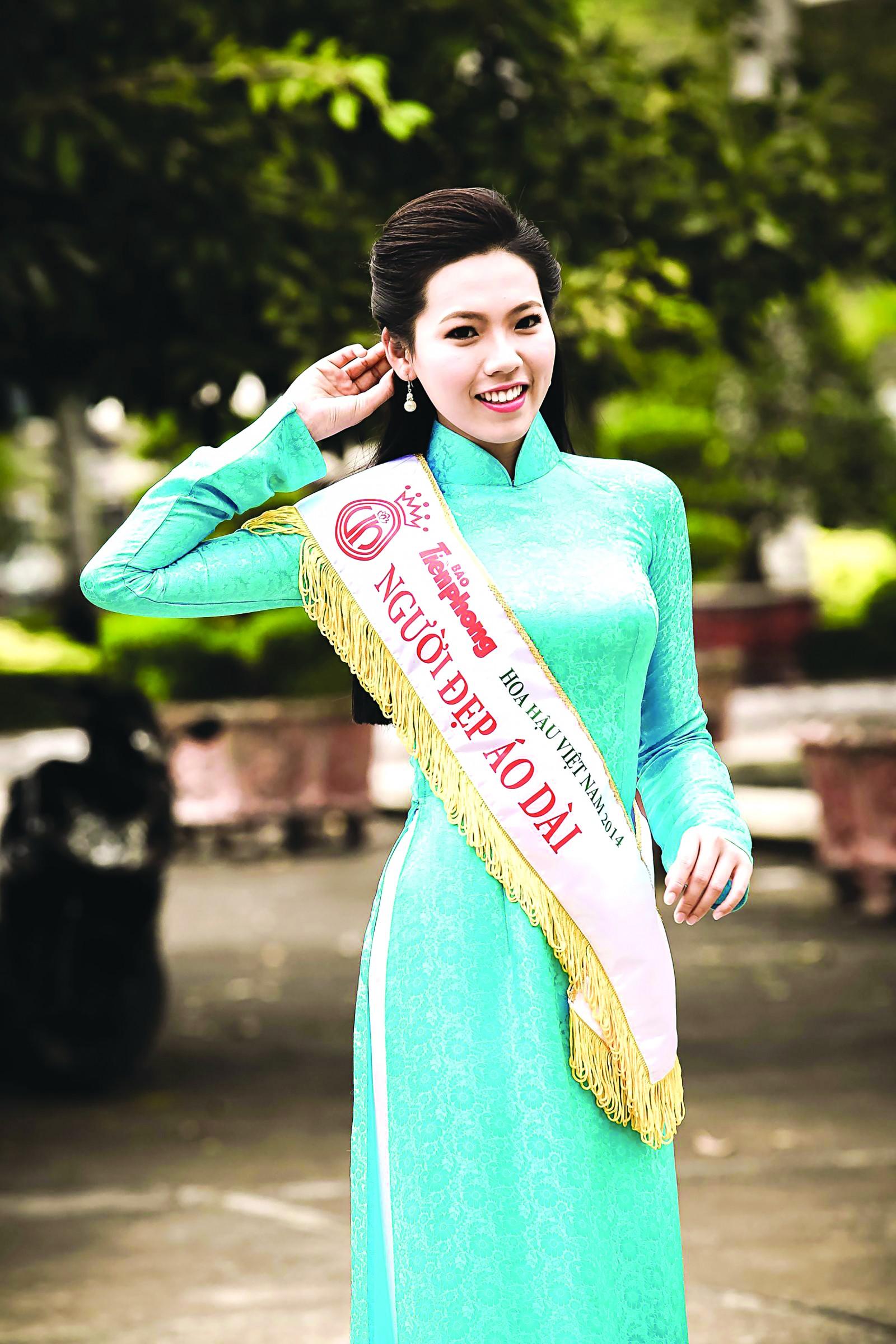 Áo dài luôn làm tôn nét đẹp của người phụ nữ Việt Nam. Trong ảnh: Cô gái Cần Thơ - Trúc Mai đoạt danh hiệu Người đẹp Áo dài tại cuộc thi Hoa hậu Việt Nam 2014.