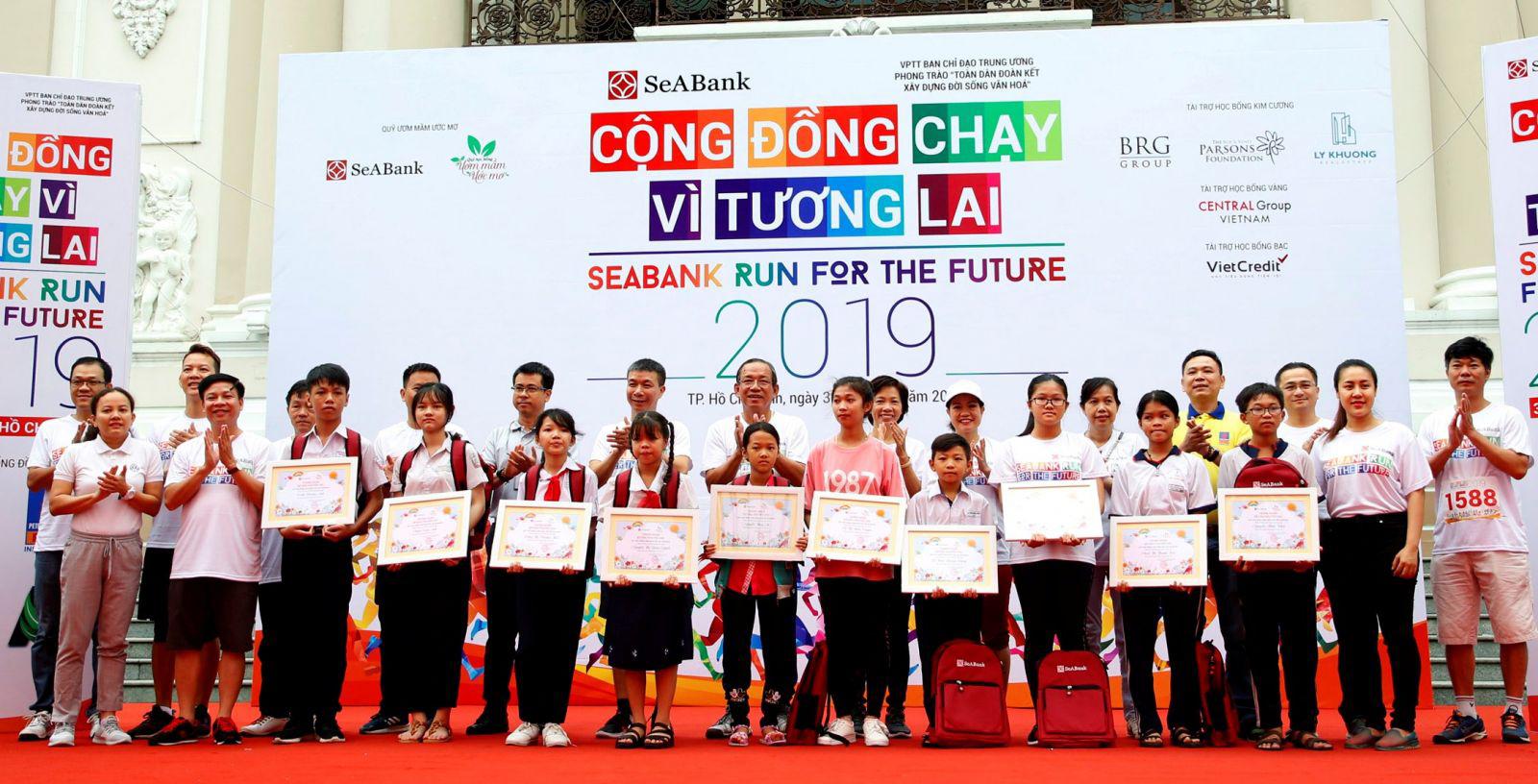 """SeABank trao học bổng """"Ươm mầm ước mơ"""" cho 11 học sinh giỏi có hoàn cảnh khó khăn ở các tỉnh, thành miền Nam. Ảnh: SeABank cung cấp"""