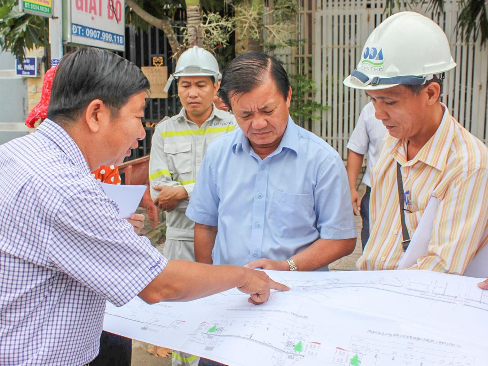 Lãnh đạo TP Cần Thơ đang kiểm tra công trình đường Trần Hoàng Na bờ Ninh Kiều.