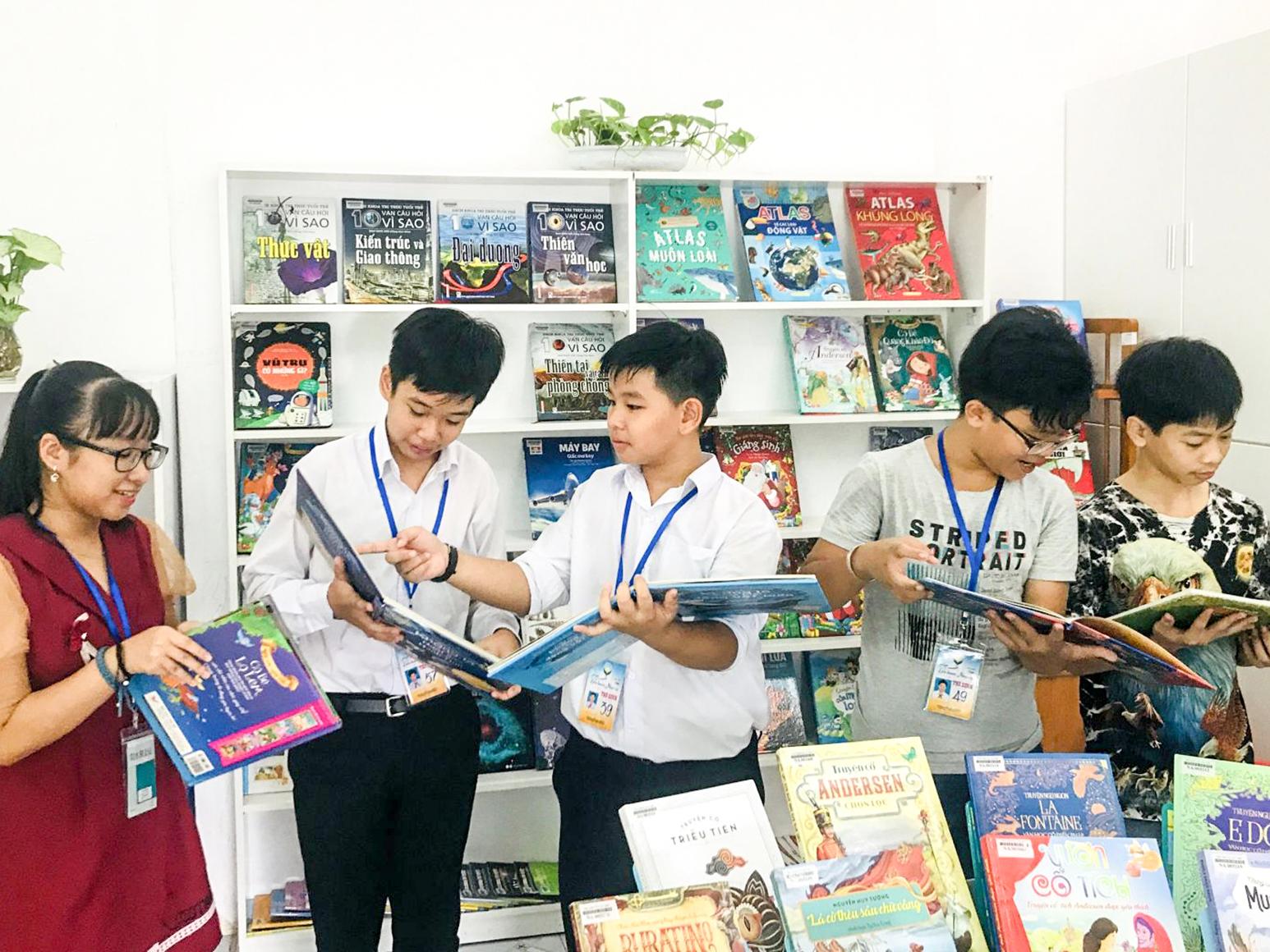 Rất đông thiếu nhi đến đọc sách trong ngày khai trương.