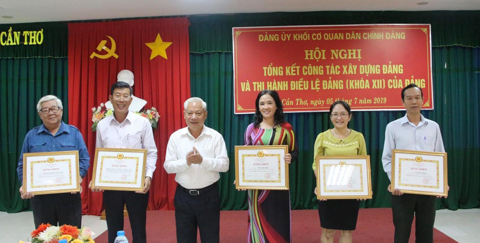 Đồng chí Mai Thanh Dân trao Bằng khen của Ban Thường vụ Thành ủy cho các tổ chức cơ sở đảng đạt trong sạch vững mạnh tiêu biểu 5 năm liền và đảng viên hoàn thành xuất sắc nhiệm vụ 5 năm liền.