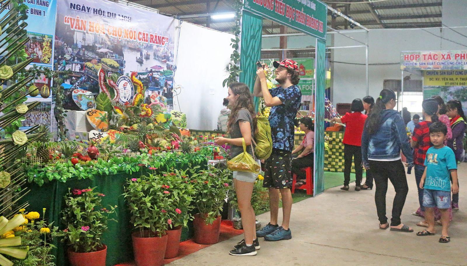 Du khách quốc tế tham quan Ngày hội du lịch Văn hóa Chợ nổi Cái Răng 2018.