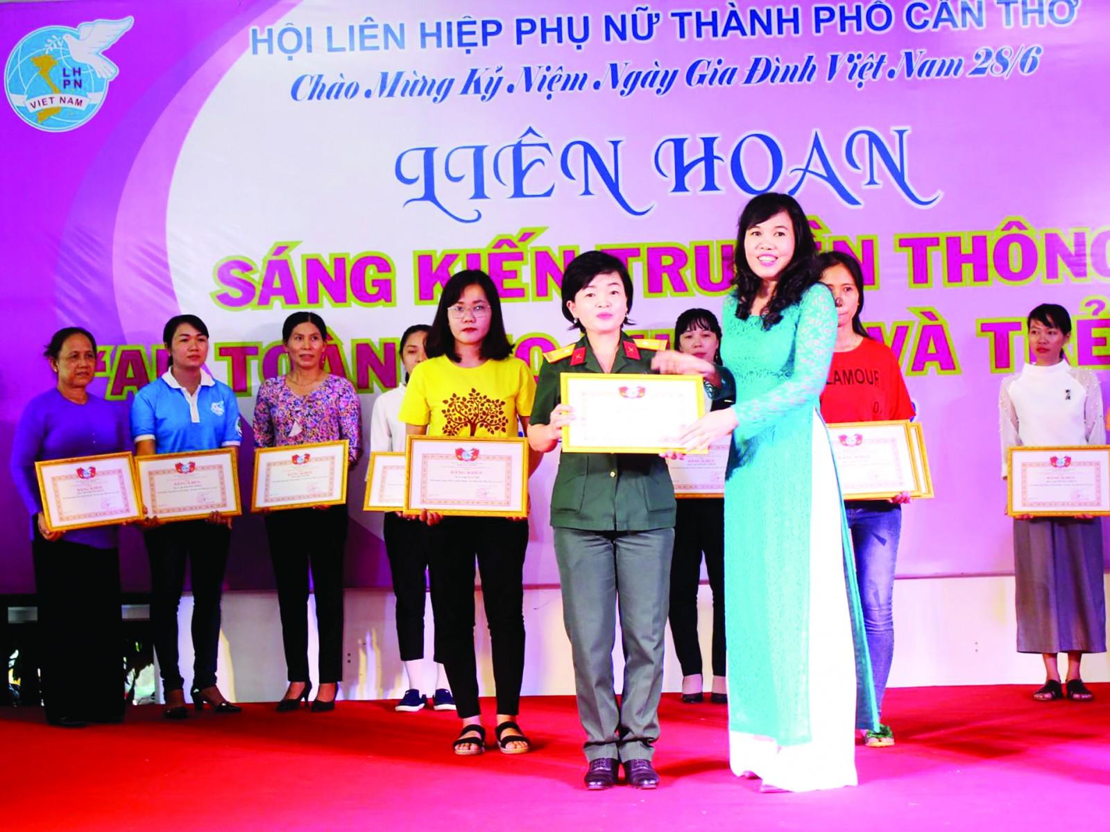 Lãnh đạo Hội LHPN TP Cần Thơ trao giải Nhất cho Hội Phụ nữ cơ sở Bộ Chỉ huy Quân sự TP Cần Thơ.