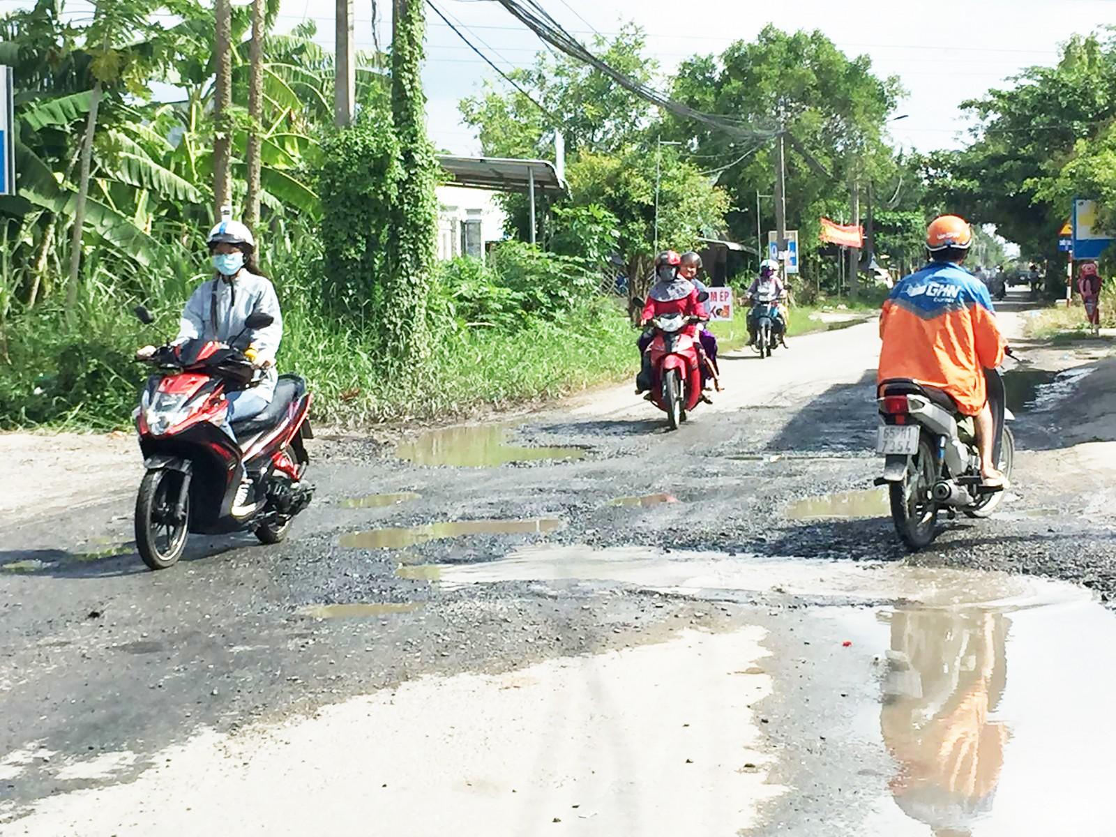 Đường tỉnh 923, đoạn đường thuộc phường Phước Thới nhiều đoạn xuống cấp nặng, ảnh hưởng đến việc đi lại của các phương tiện tham gia giao thông.