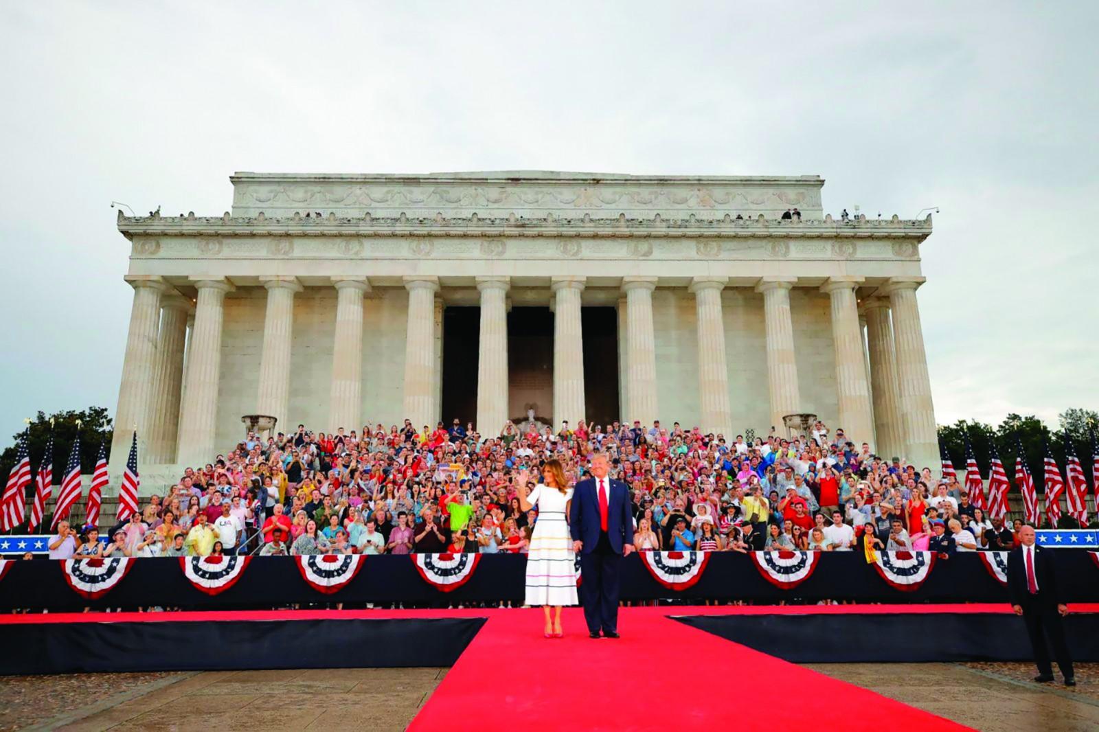 Tổng thống Trump cùng Đệ nhất phu nhân Melania trước Đài Tưởng niệm Lincoln. Ảnh: AP