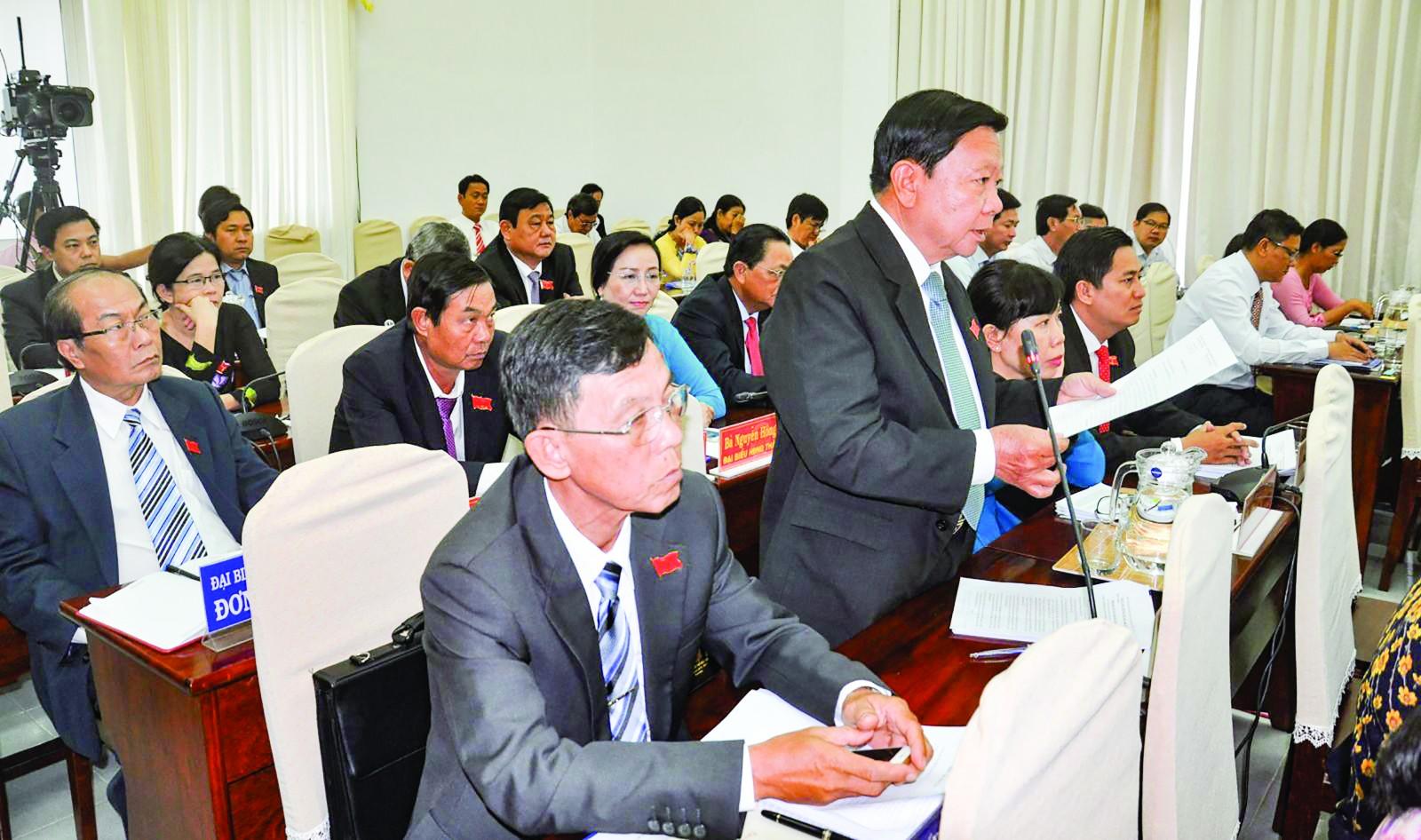Các đại biểu HĐND thành phố chất vấn các giám đốc sở, ngành thành phố.