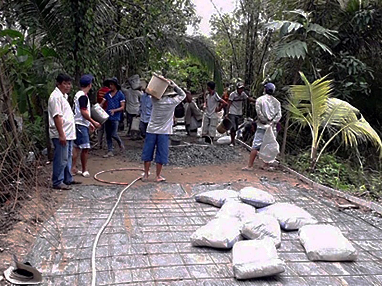 Đông đảo người dân tham gia nâng cấp, mở rộng công trình lộ GTNT tuyến cầu Bờ Hồ thuộc ấp Mỹ Long, xã Mỹ Khánh.