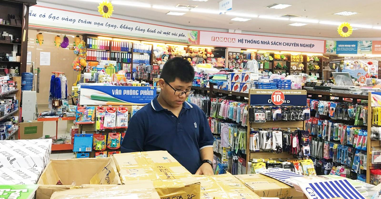 Khách hàng chọn mua dụng cụ học tập tại Nhà sách Fahasa Hòa Bình.