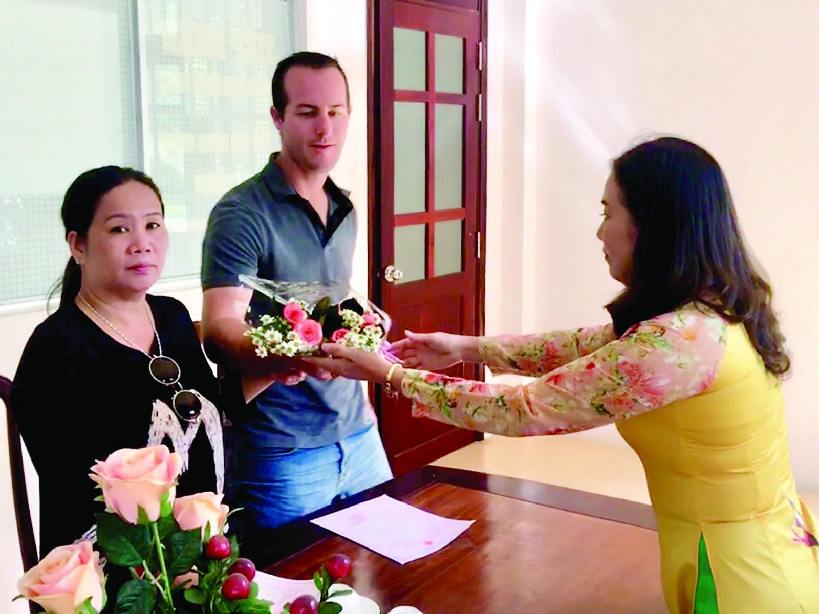 Lãnh đạo Phòng Tư pháp quận Thốt Nốt trao hoa và giấy đăng ký kết hôn cho người dân.