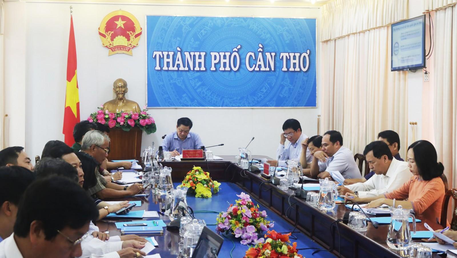 Ông Dương Tấn Hiển, Phó Chủ tịch UBND TP Cần Thơ cùng đại diện các sở ngành liên quan tham dự hội nghị.