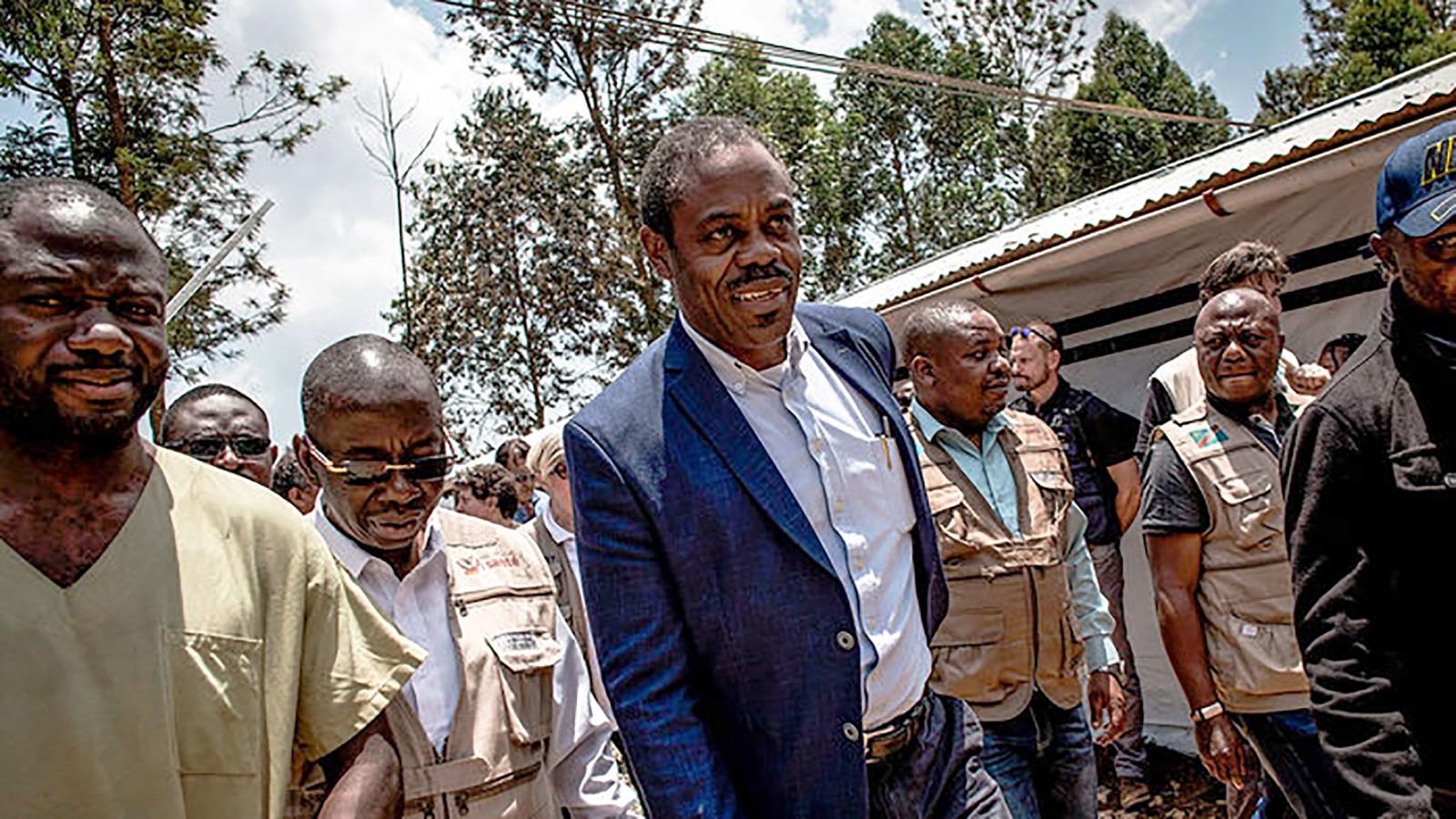 Ông Ilunga (giữa) trong một lần đi giám sát dịch Ebola. Ảnh: AFP