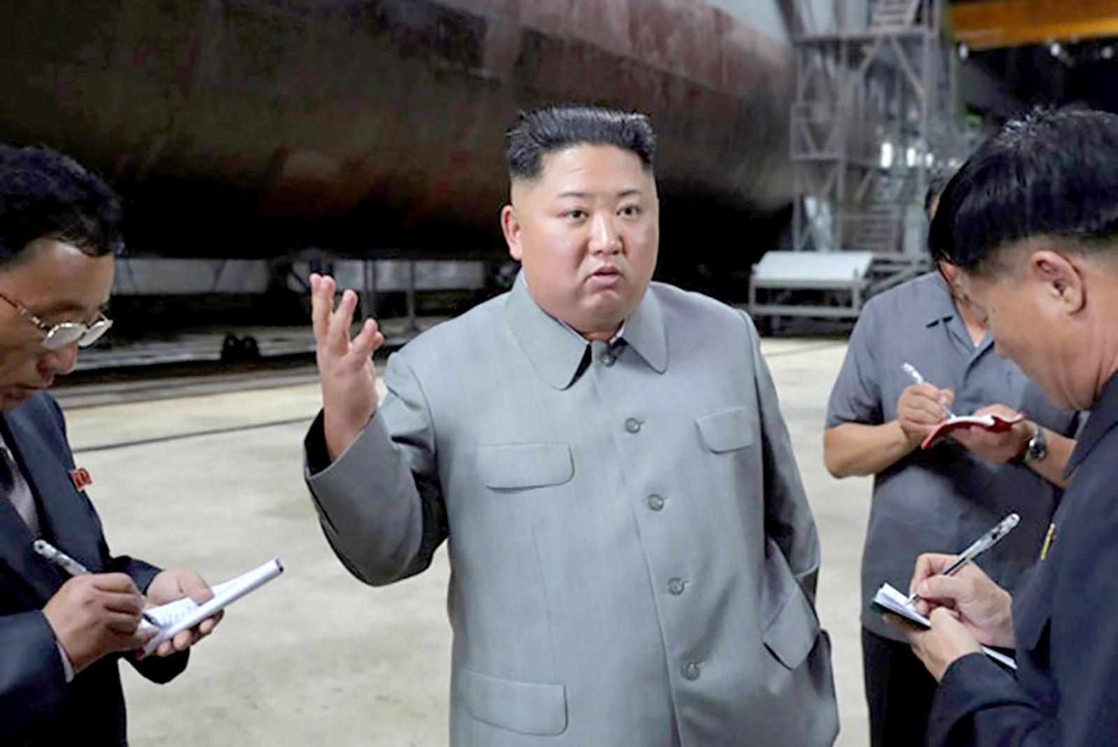 Nhà lãnh đạo Kim Jong-un phát biểu tại buổi thị sát tàu ngầm mới. Ảnh: KCNA