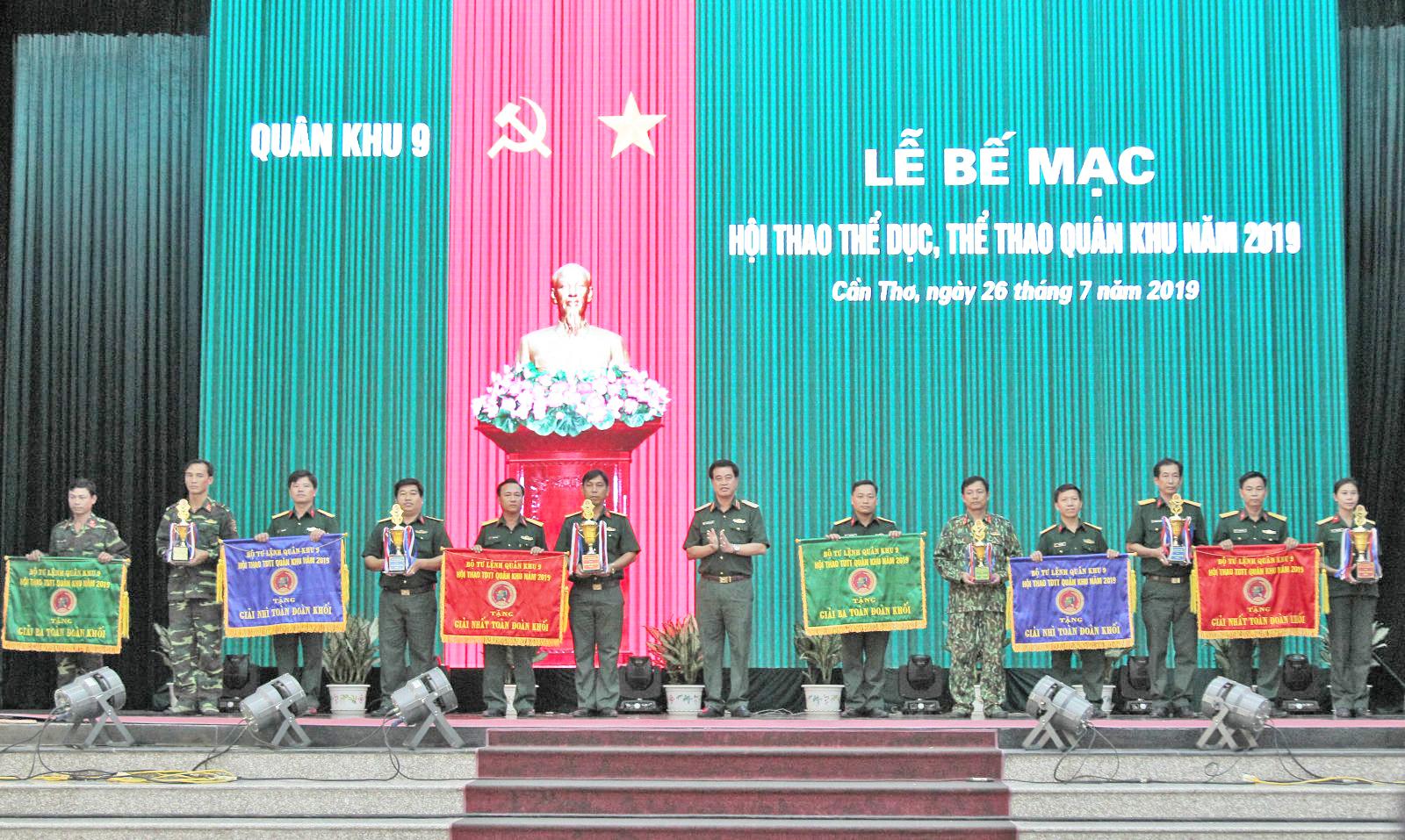 Thiếu tướng Trương Minh Khải (giữa) trao cờ toàn đoàn cho các đơn vị. Ảnh: Nguyễn Minh