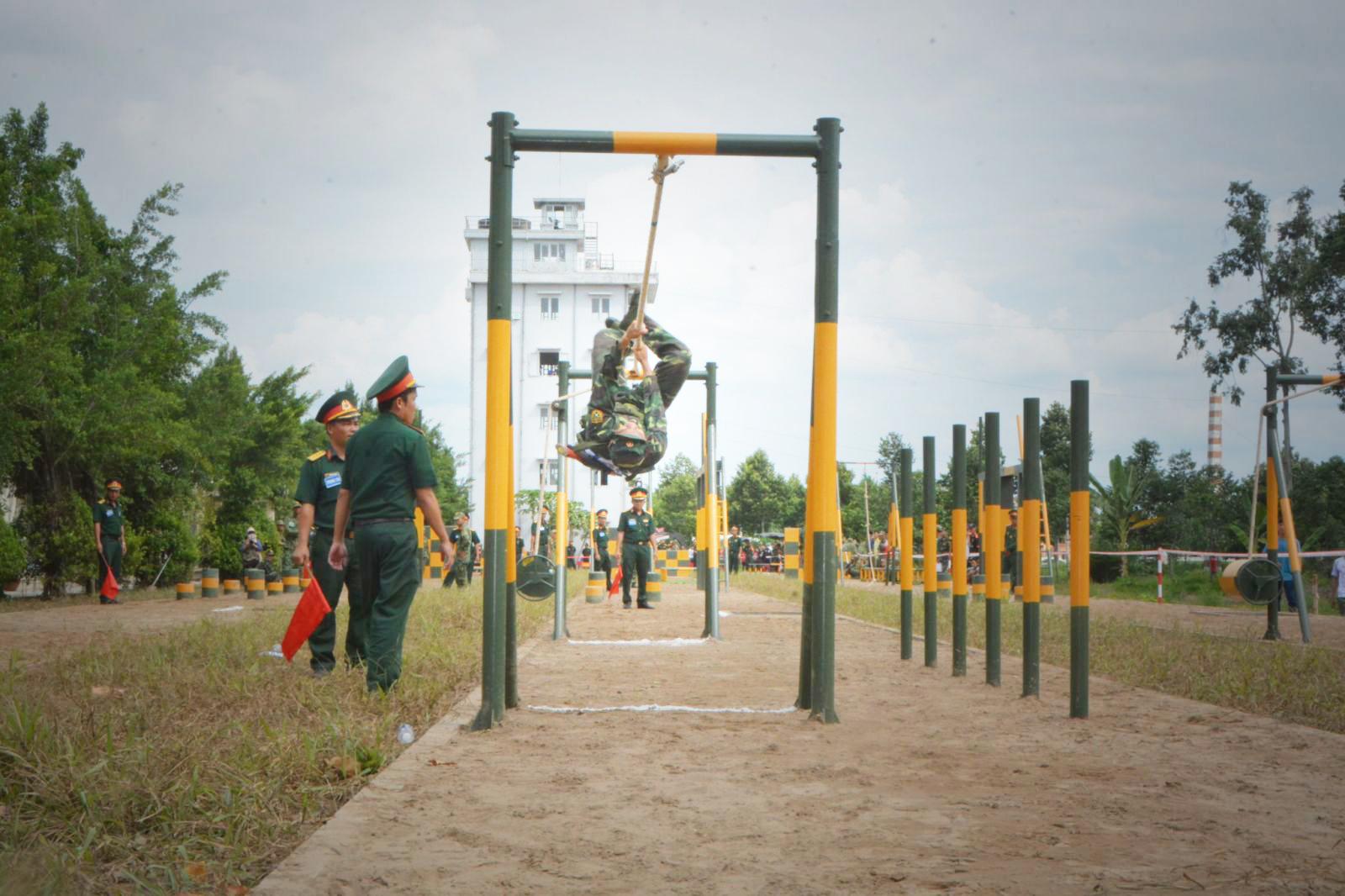 VĐV thi đấu nội dung 4 môn thể thao quân sự phối hợp liên hoàn. Ảnh: Văn Trường