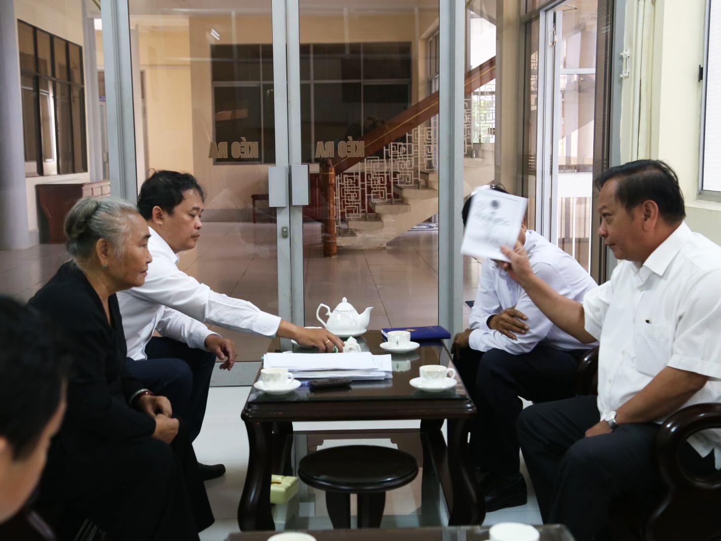 Đồng chí Trần Quốc Trung, Ủy viên Trung ương Đảng, Bí thư Thành ủy Cần Thơ trao đổi với bà Nguyễn Thị Nguyệt. Ảnh: S.H