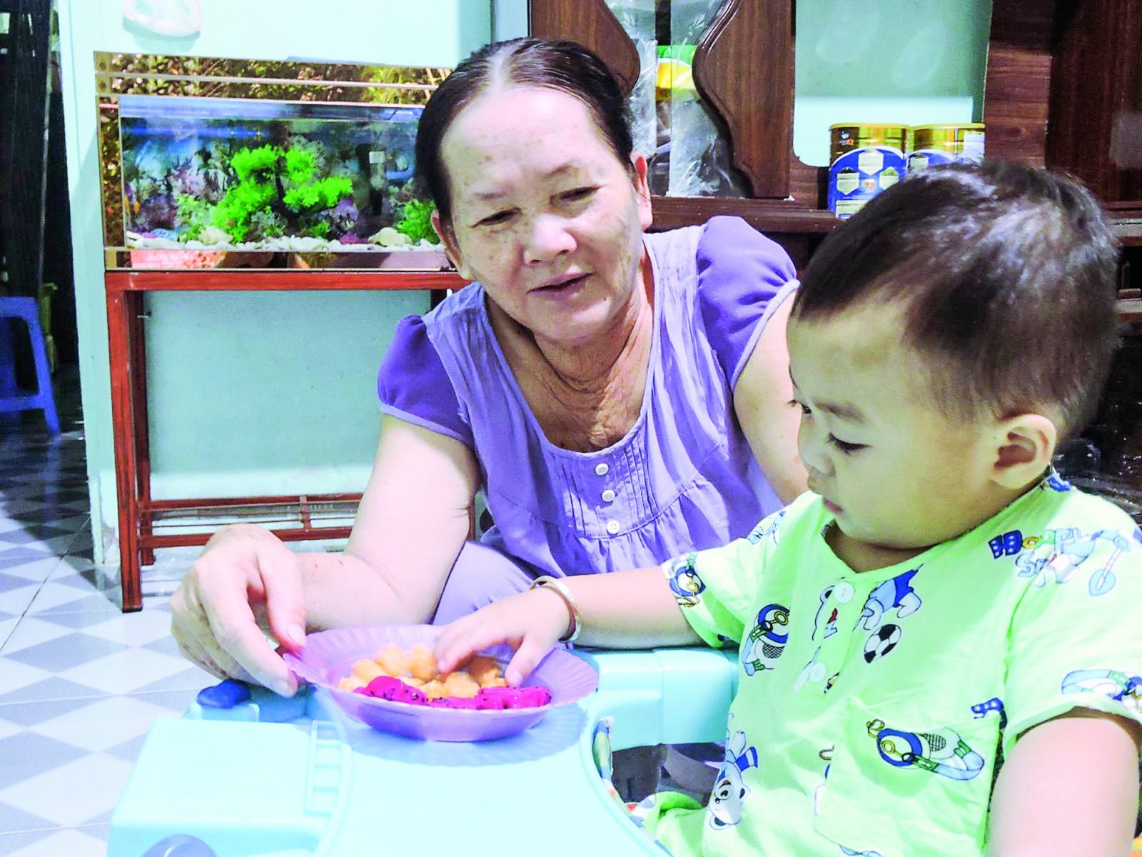 Chăm trẻ theo cách hiện đại hay truyền thống đều có ưu điểm riêng, cần được các gia đình chọn lọc, lựa chọn sao cho phù hợp nhất với trẻ.