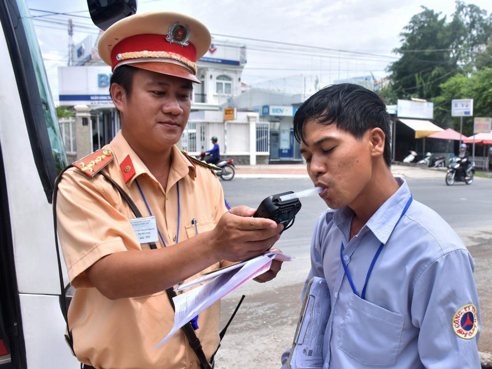 CSGT Công an quận Thốt Nốt đang kiểm tra nồng độ cồn đối với người điều khiển xe cơ giới đường bộ trên quốc lộ 91, thuộc phường Trung Kiên.