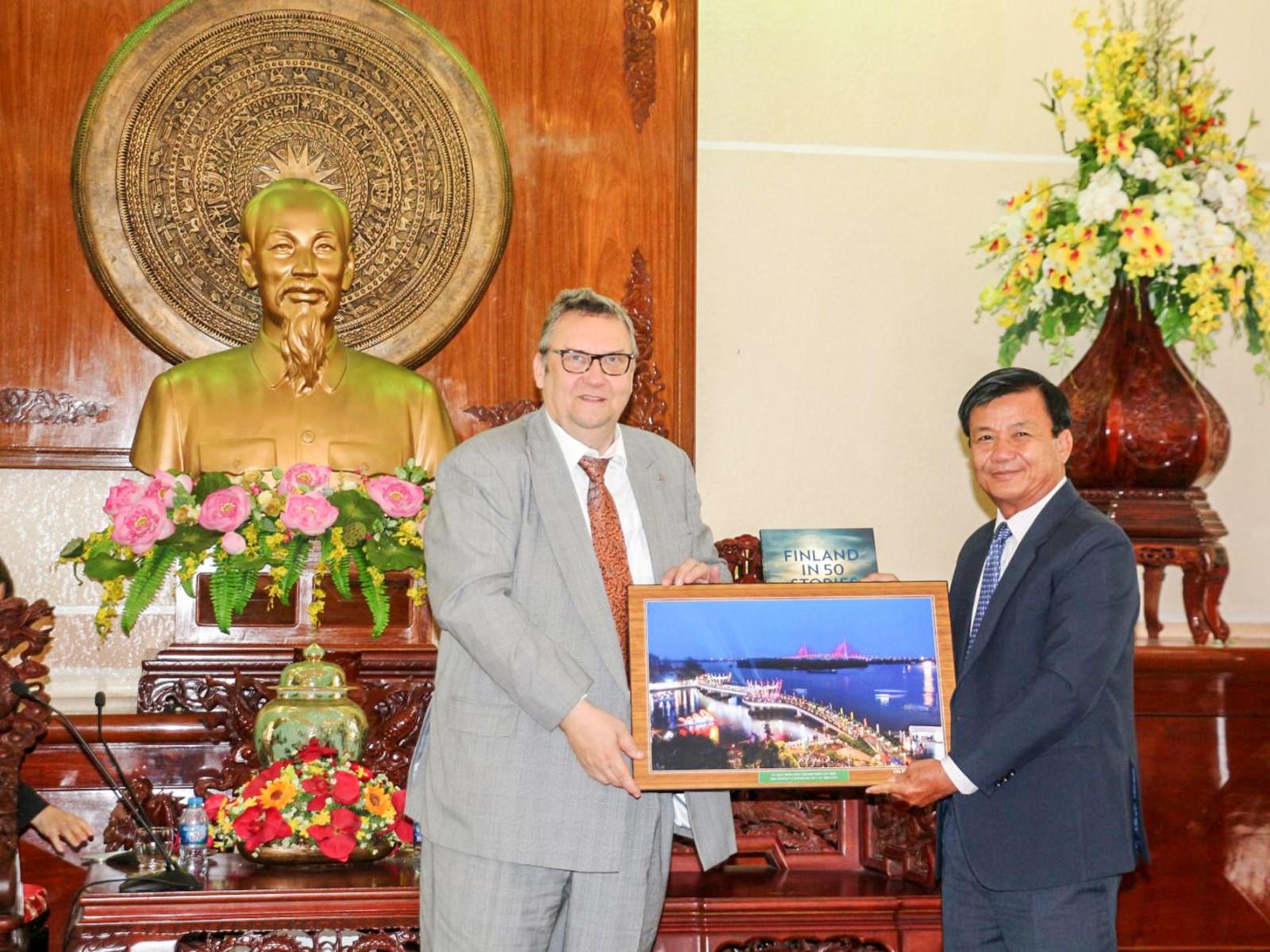 Phó Chủ tịch Thường trực UBND TP Cần Thơ Đào Anh Dũng (phải) tặng quà lưu niệm cho Đại sứ Phần Lan Kari Kahiluoto trong buổi tiếp và làm việc ngày 10-5. Ảnh: Nam Hương