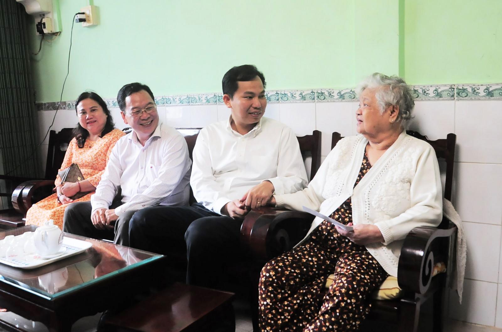 Chủ tịch UBND TP Cần Thơ Lê Quang Mạnh thăm Mẹ Việt Nam Anh hùng Phạm Thị Ẩn.