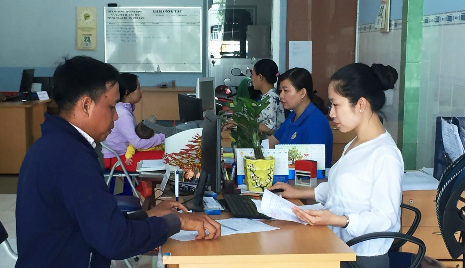 Người lao động làm thủ tục hưởng BHTN tại Văn phòng giao dịch của Trung tâm Dịch vụ giới thiệu việc làm TP Cần Thơ, đặt tại quận Ô Môn.