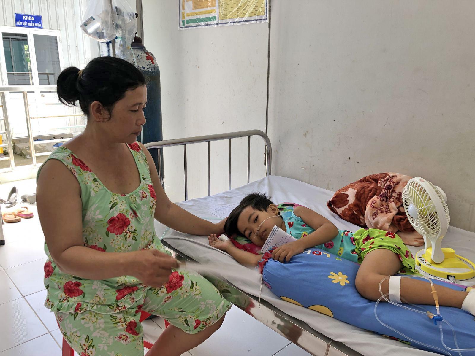 Bệnh bé đang trở nặng, rất cần sự chung tay giúp đỡ của các nhà hảo tâm.