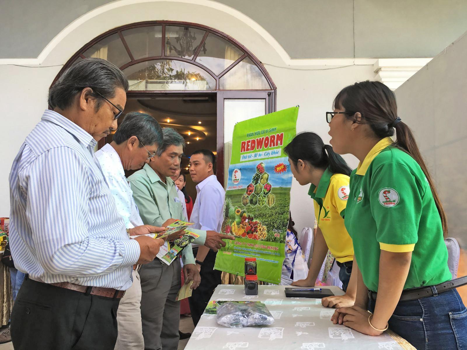 Thành viên các HTX trên địa bàn thành phố tìm hiểu chế phẩm nông nghiệp mới ứng dụng vào sản xuất.