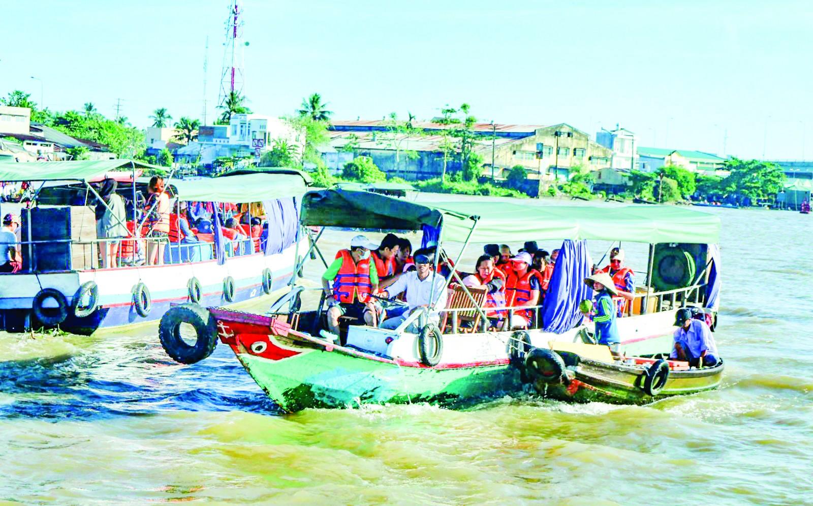Nhiều ghe nhỏ cập vào tàu khách giới thiệu trái cây, nước uống là hoạt động thường thấy khi đến tham quan chợ nổi Cái Răng.