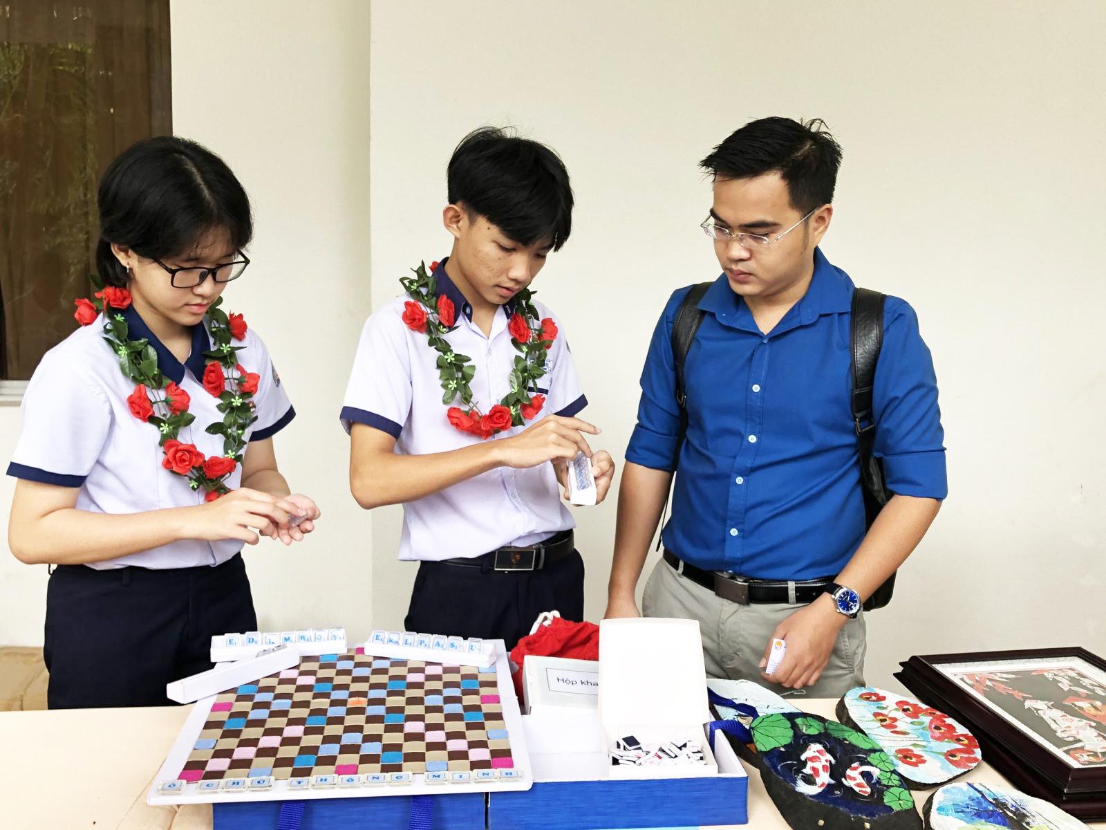 """Mô hình """"Ô chữ thông minh"""" của nhóm học sinh Trường THCS Lê Bình, quận Cái Răng, là một trong năm mô hình, giải pháp đạt giải Nhất của cuộc thi """"Sáng tạo thanh thiếu niên, nhi đồng"""" TP Cần Thơ năm học 2018-2019."""