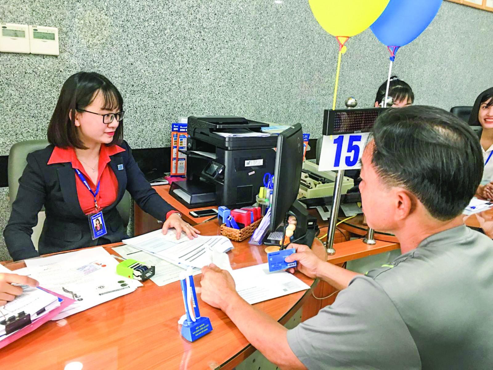 PC Cần Thơ nỗ lực mở rộng ký hợp đồng với đối tác là ngân hàng và các tổ chức trung gian thanh toán nhằm tạo điều kiện thuận lợi cho khách hàng. Trong ảnh: Khách hàng đăng ký dịch vụ trả tiền điện tại Ngân hàng Sacombank Chi nhánh Cần Thơ.