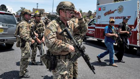 Cảnh sát tại hiện trường vụ xả súng ở El Paso.
