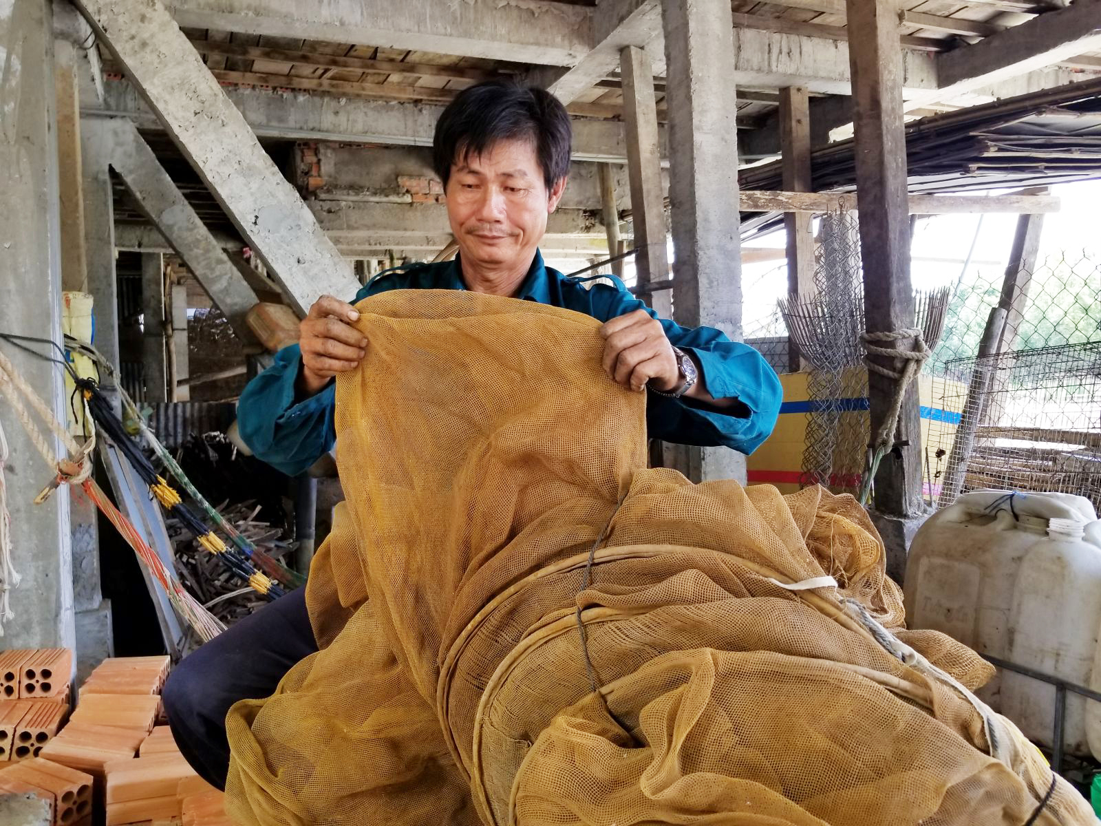 Ông Trần Văn Trân tỏ ra tiếc rẻ vì những cái dớn được ông chuẩn bị sẵn nhưng chưa có cơ hội mang đi đặt bắt cá.