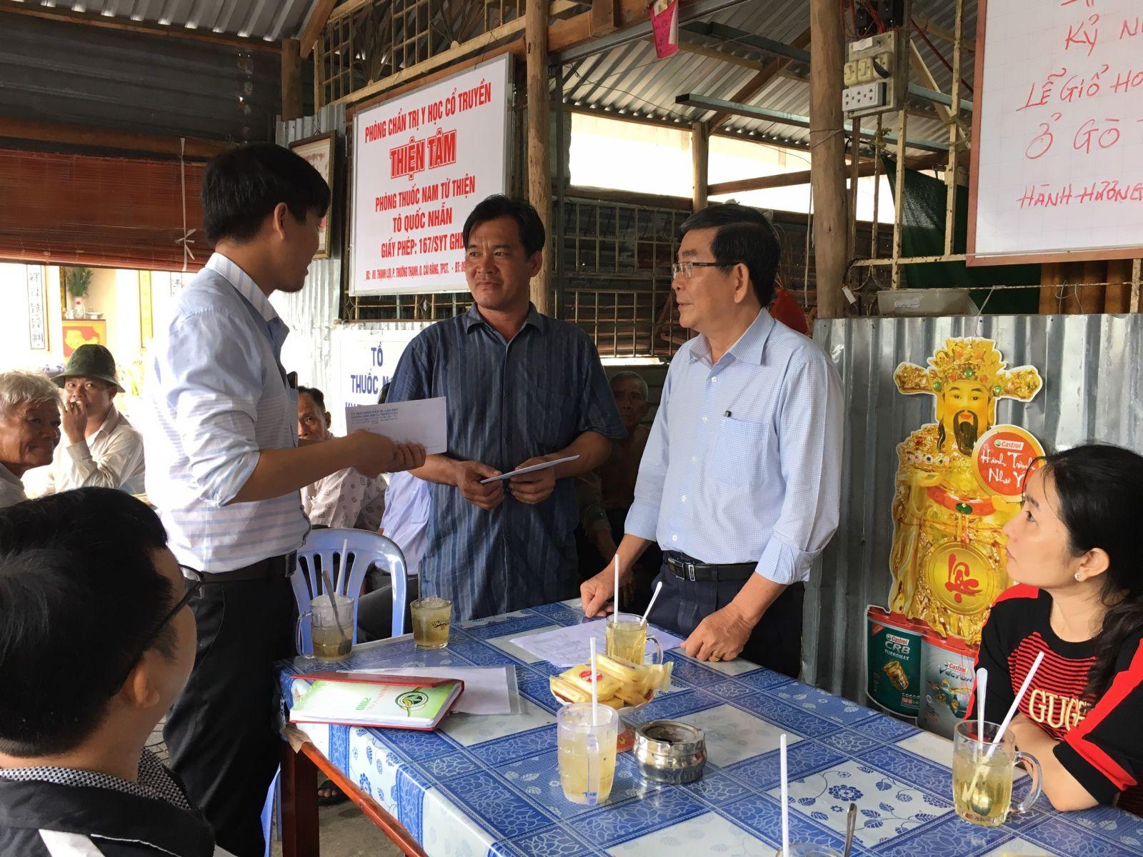 Ban Chỉ huy PCTT-TKCN thành phố hỗ trợ gia đình thiệt hại thiên tai sửa chữa nhà cửa.