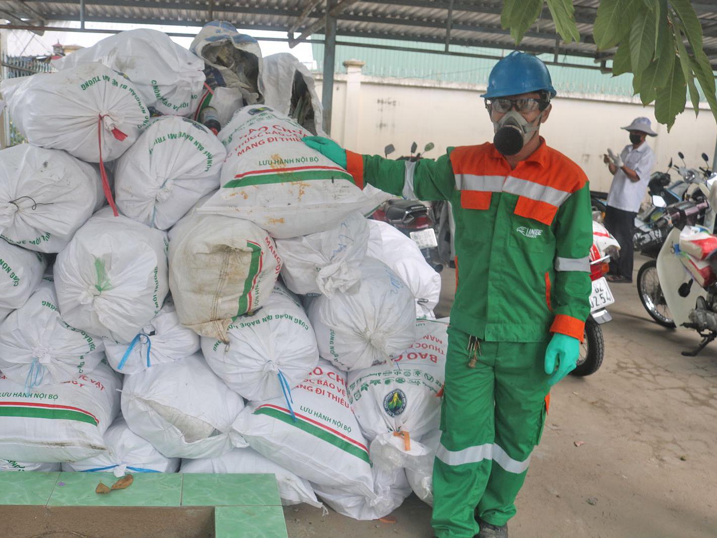 Vỏ bao bì thuốc BVTV được thu gom, tập kết tại xã Trường Long (huyện Phong Điền, TP Cần Thơ) để chuẩn bị đưa lên xe chuyên dụng chở đi tiêu hủy.
