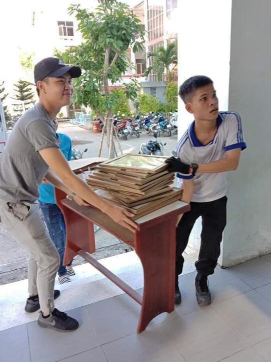 Đội hình tình nguyện của Trường Đại học Kỹ thuật - Công nghệ Cần Thơ, hỗ trợ dọn dẹp bàn ghế, chuẩn bị năm học mới. Ảnh: CTV