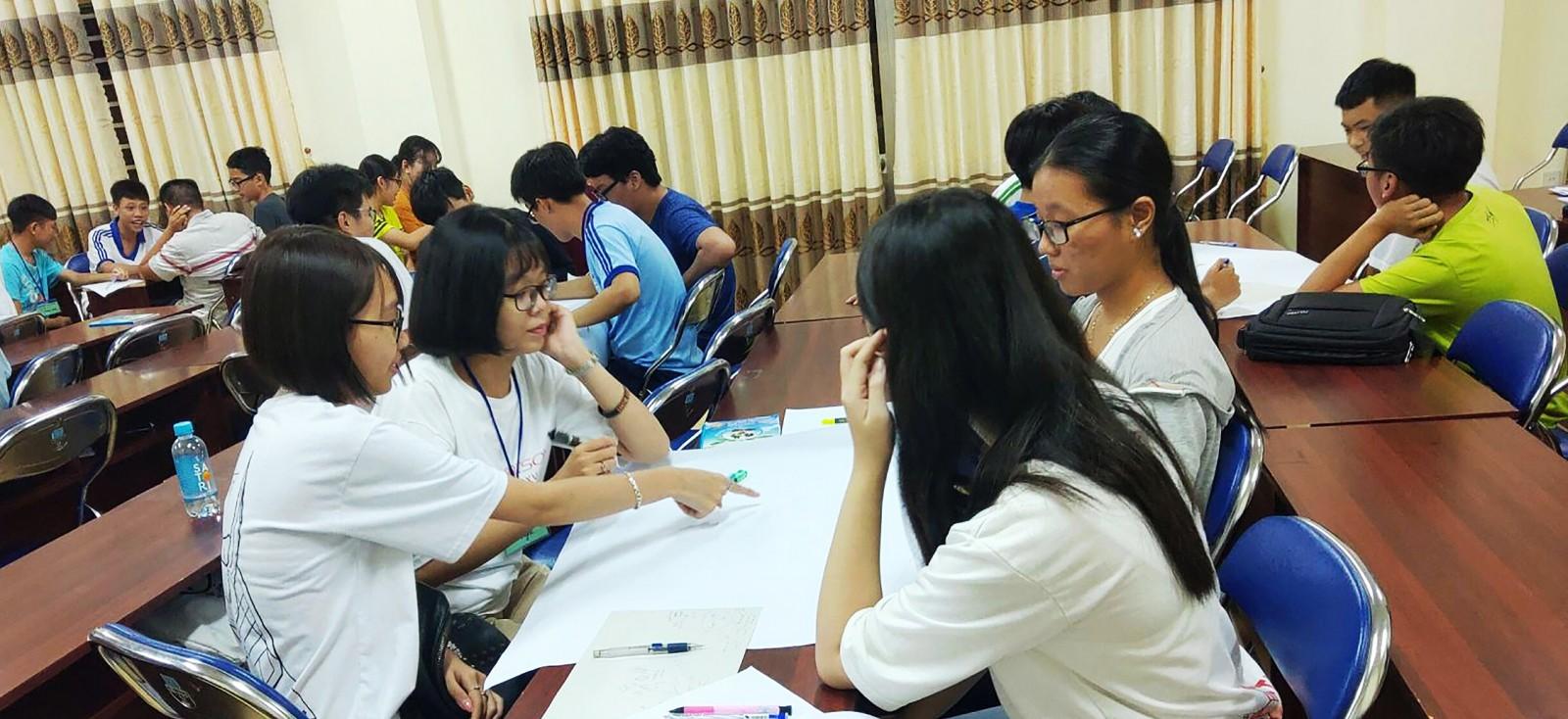Đoàn viên thanh niên, học sinh tham gia lớp rèn luyện kỹ năng thuyết trình do Đoàn phường Hưng Lợi tổ chức.
