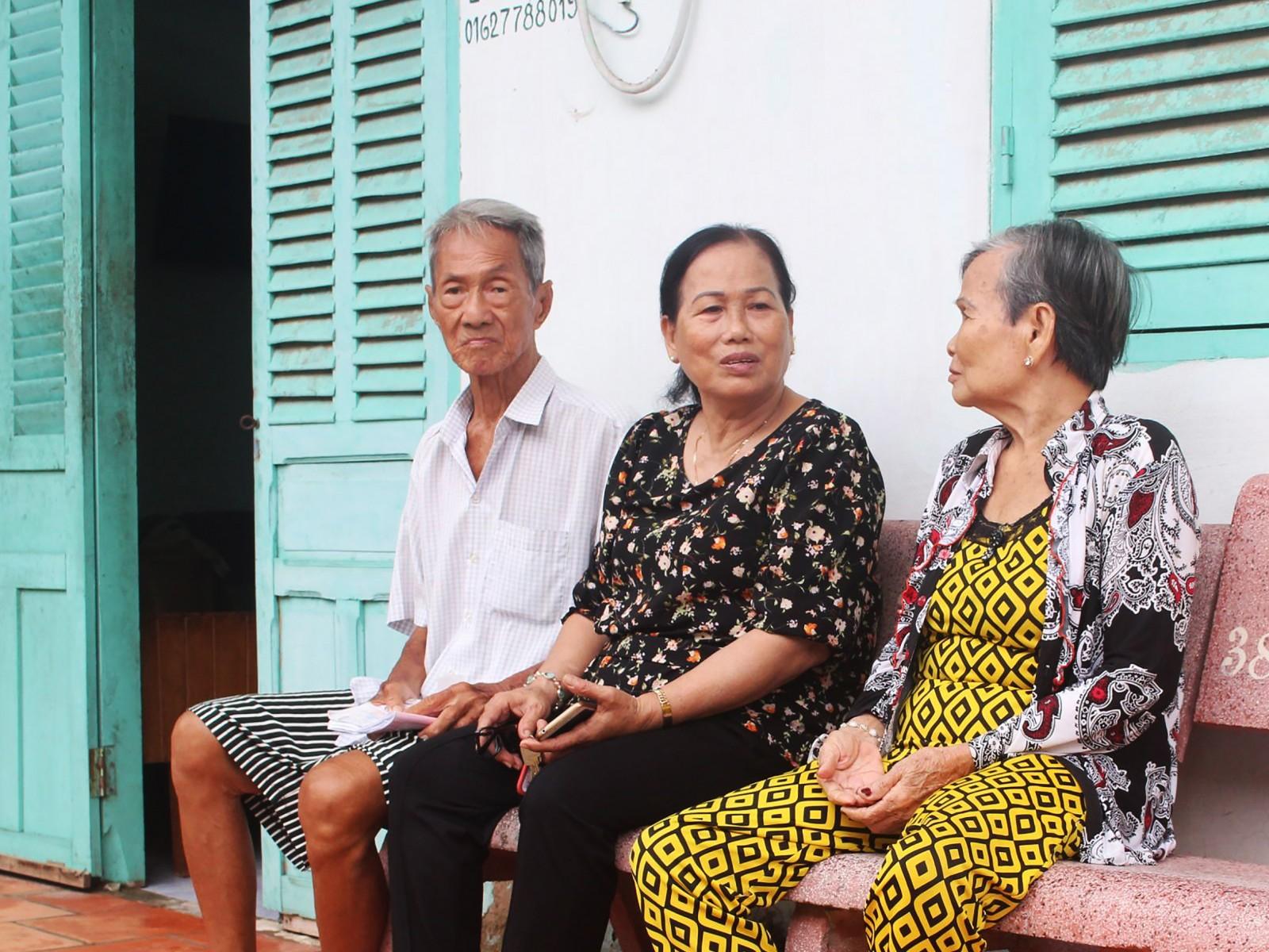 Bà Phan Thị Tuyết Mai (giữa), Chủ tịch Hội Người cao tuổi phường Long Tuyền đến thăm hỏi các hội viên tại khu Nhà Đại đoàn kết trên địa bàn phường.